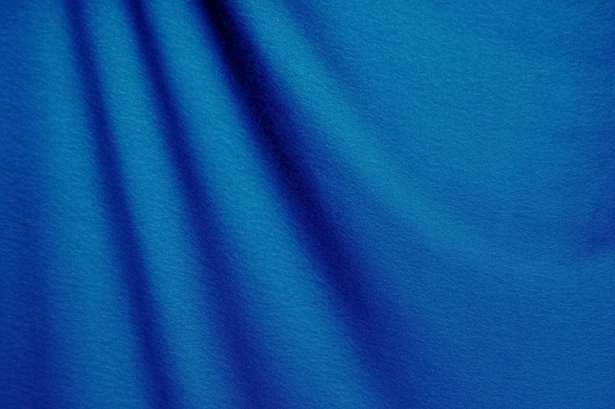 「青く柔らかな布の素材」