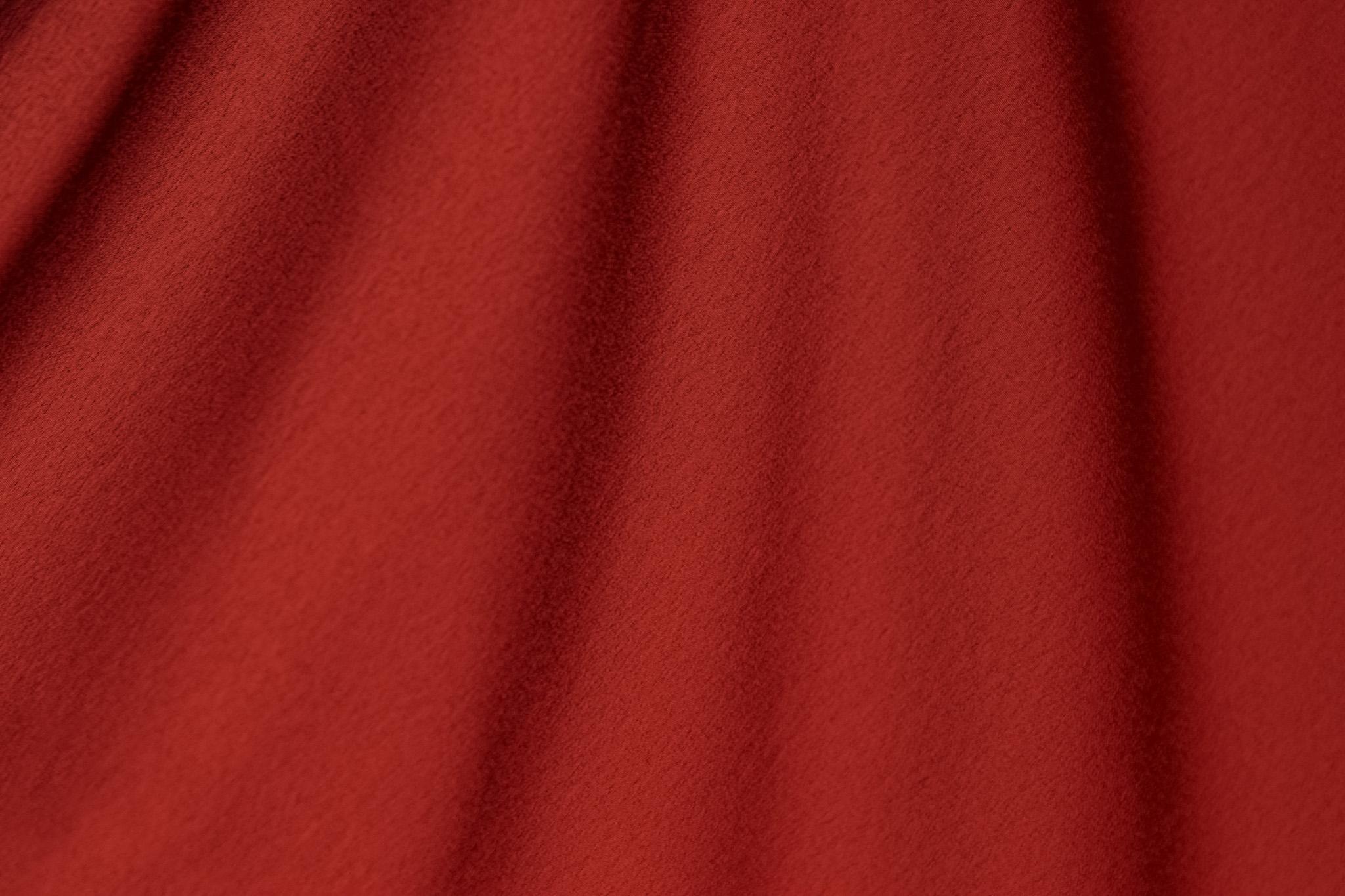 「幕のように垂れ下がる赤い布」