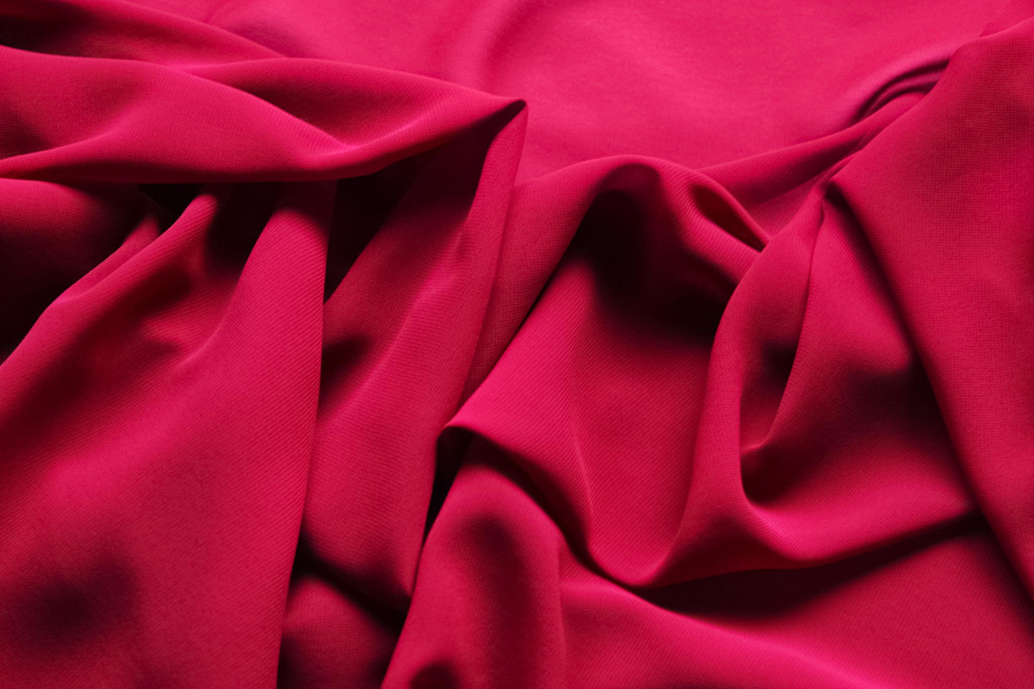 「赤い布地が柔らかく折り重る」