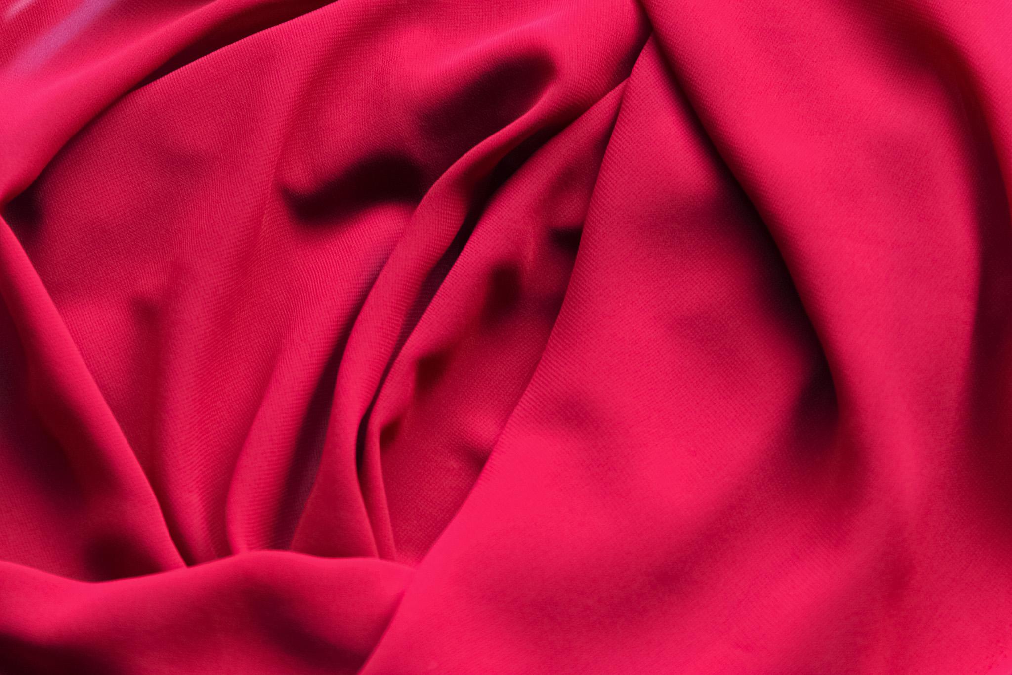 「赤いバラの様なテキスタイル素材」