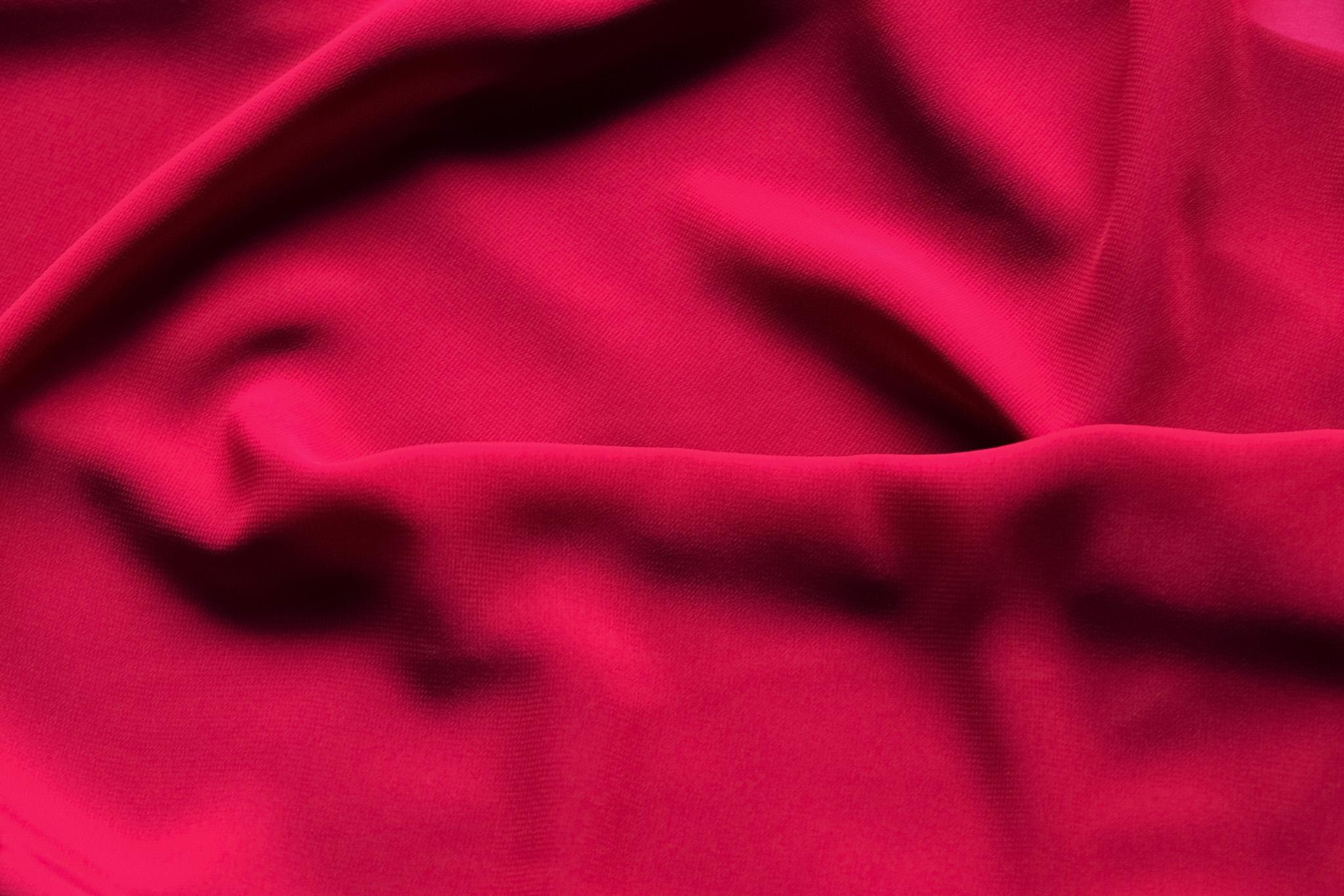 「柔らかな赤い布地のテクスチャ」