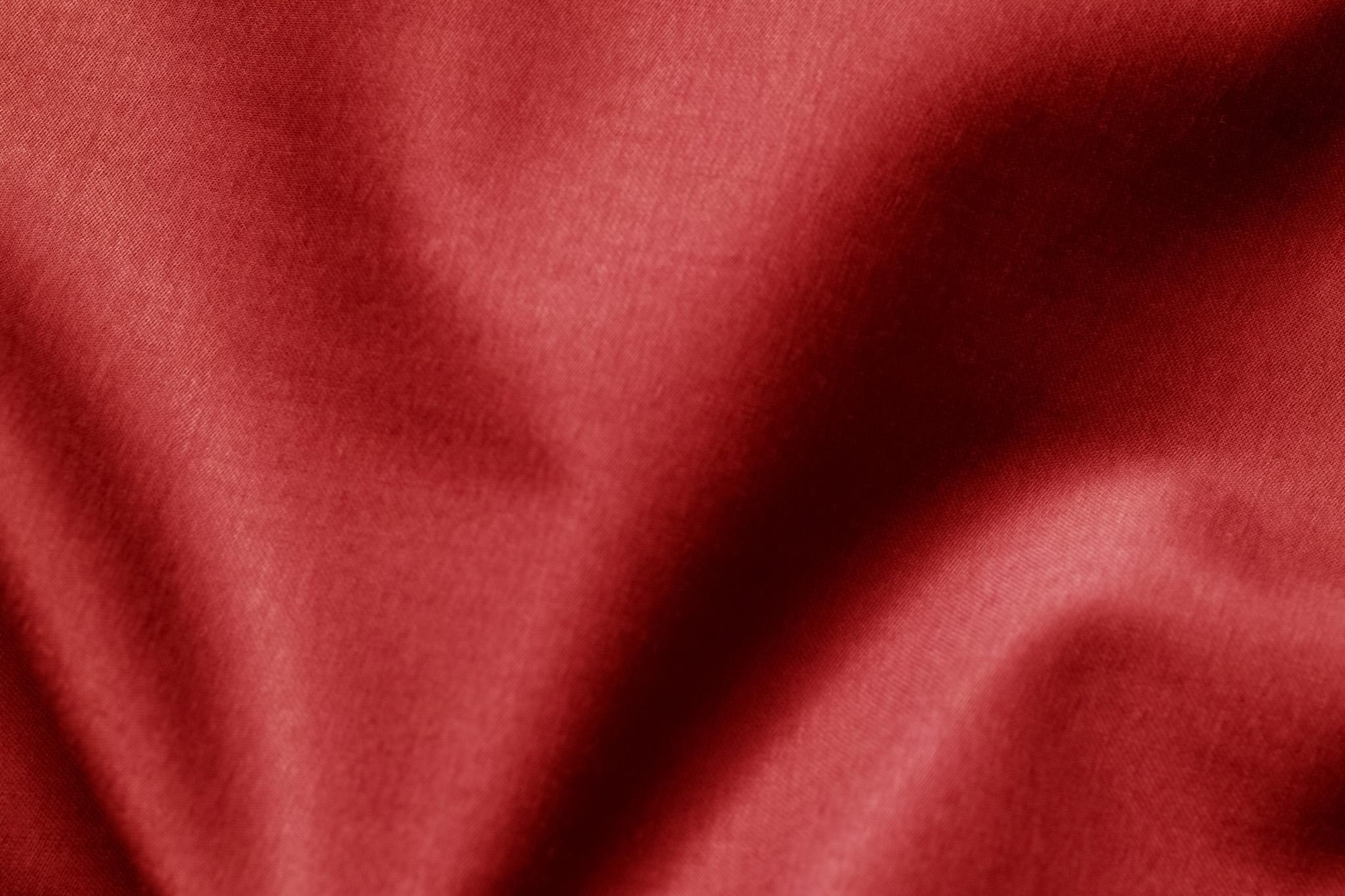「大きなシワのある赤色の生地」