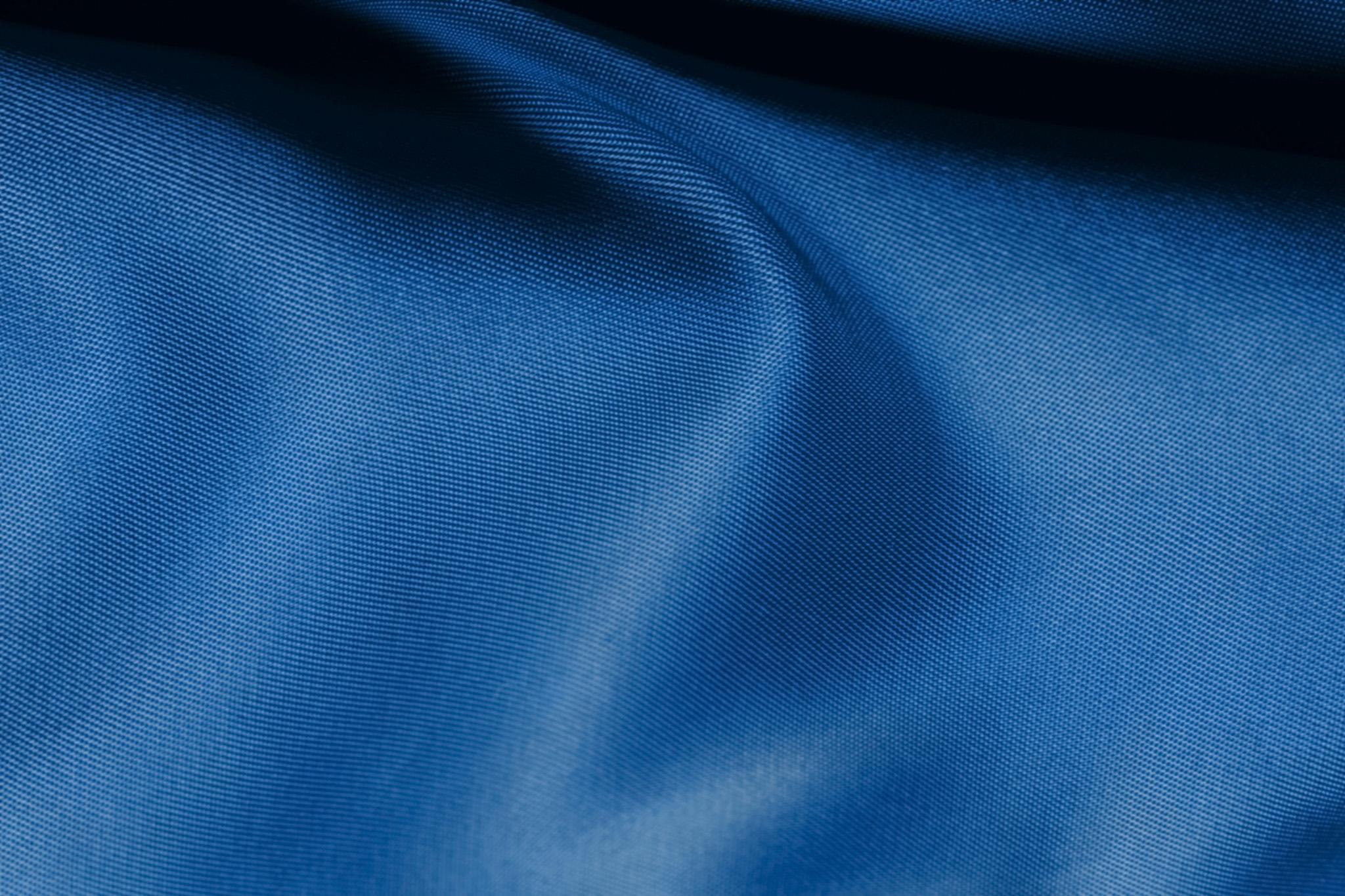 「川の流れの様な青い布」