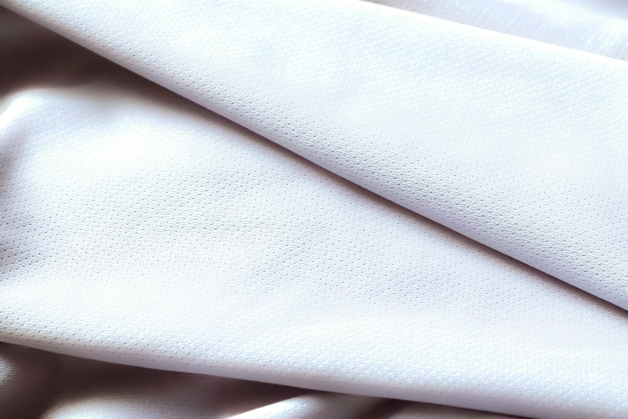 「重なり合う白い薄手の生地」
