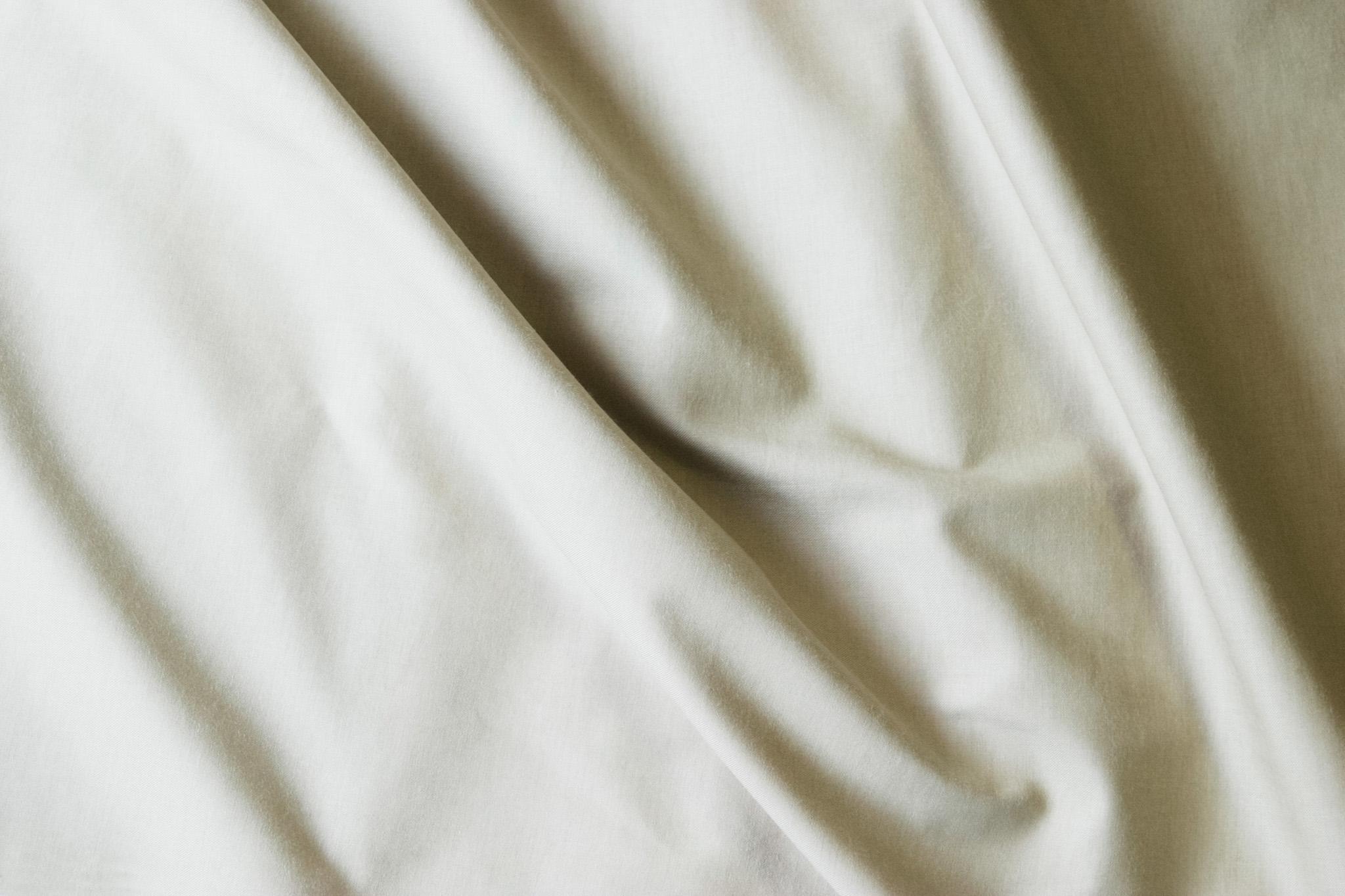 「オーガニックな雰囲気の白い布」