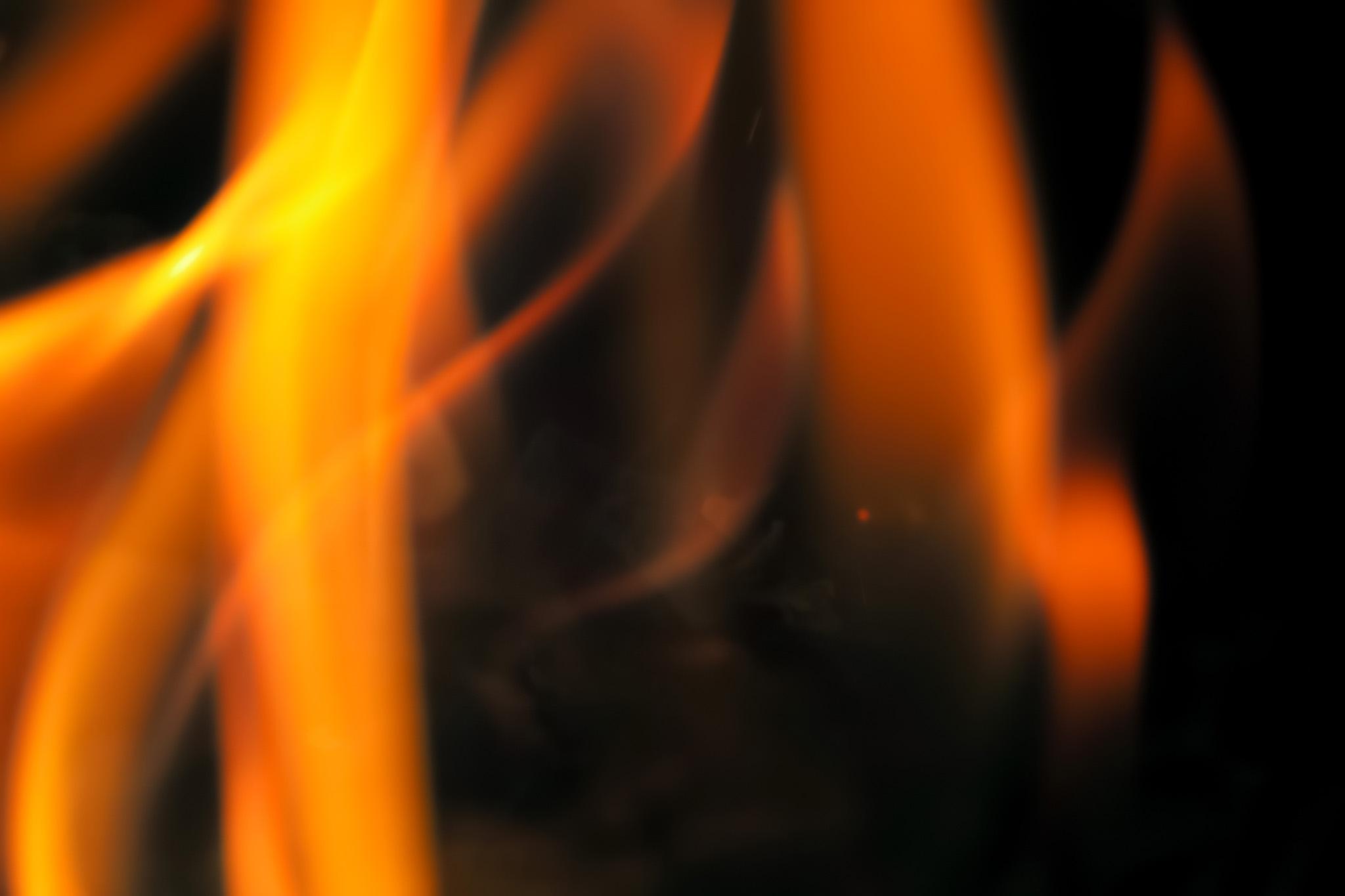 「揺れながら燃え立つ火」