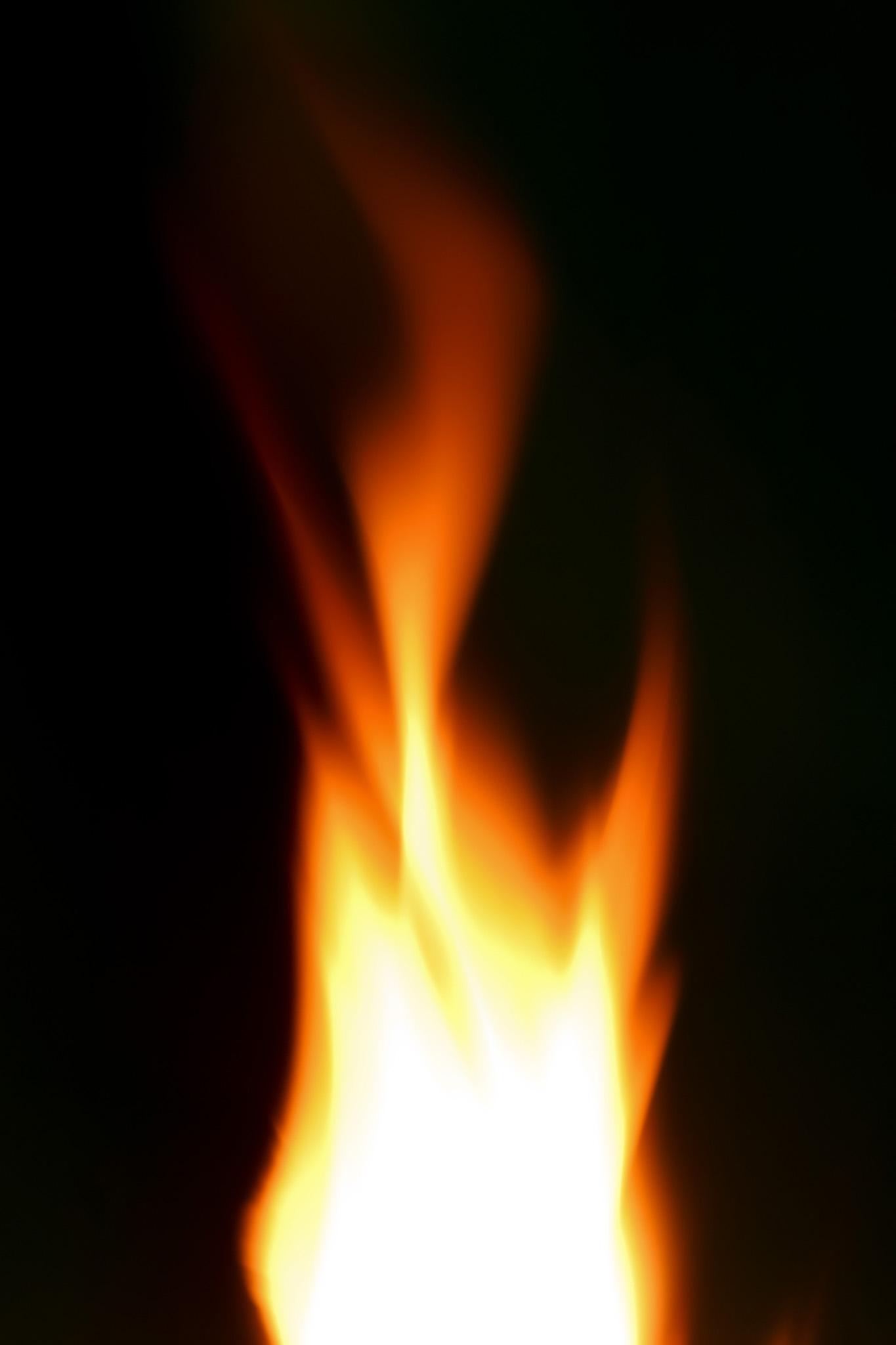 「暗闇に燃え上がる火柱」