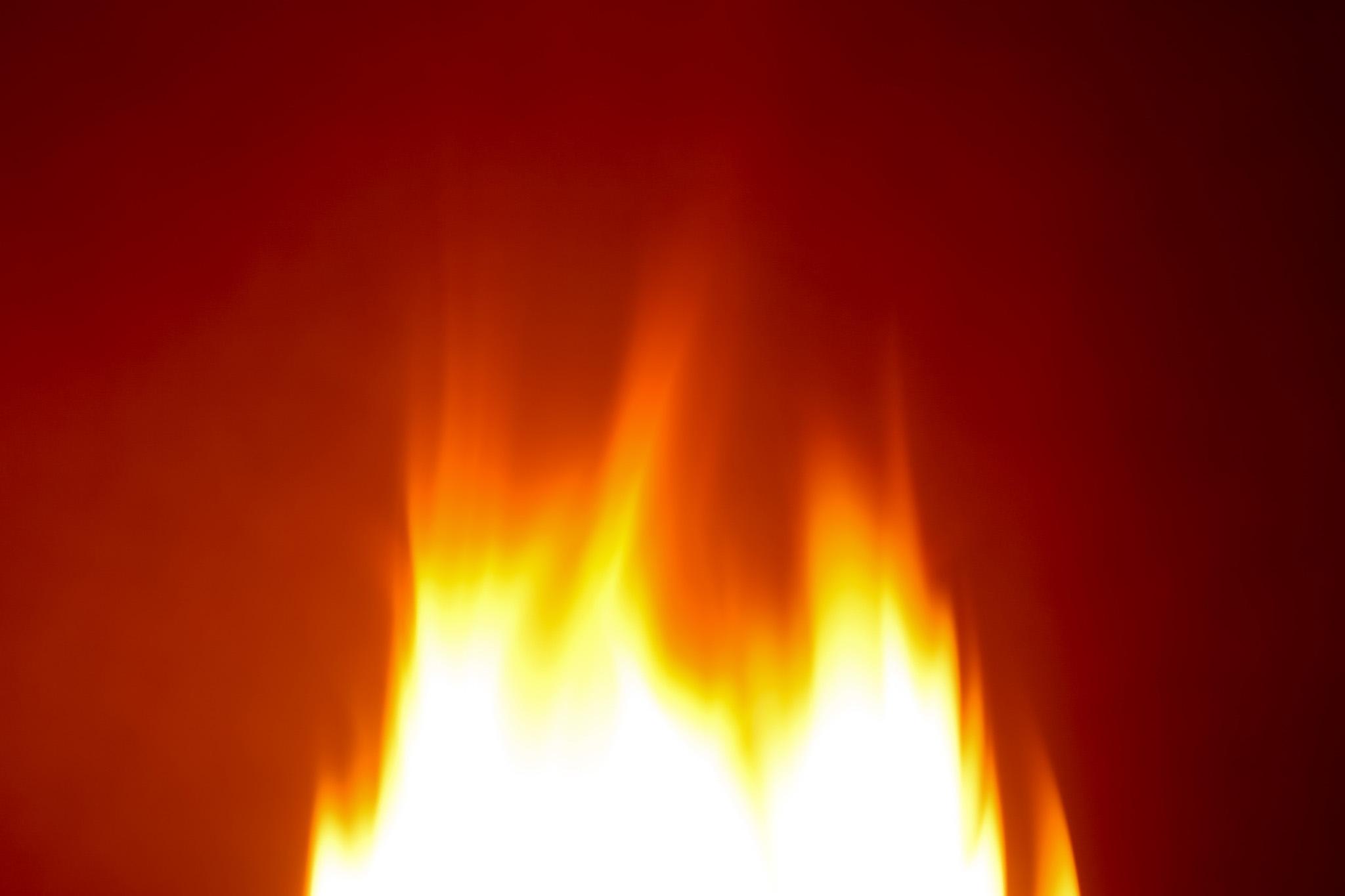 「燃え立つ炎が放つ赤い光」