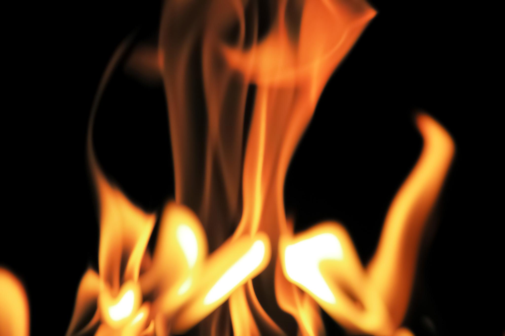 「粘るよう揺れ立つ炎」