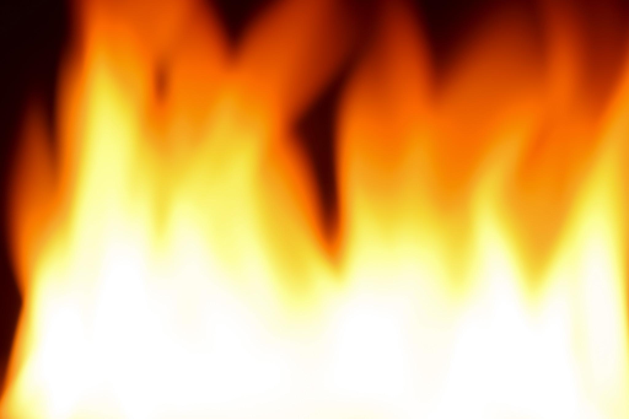 「暗闇に壁のよう阻む炎」