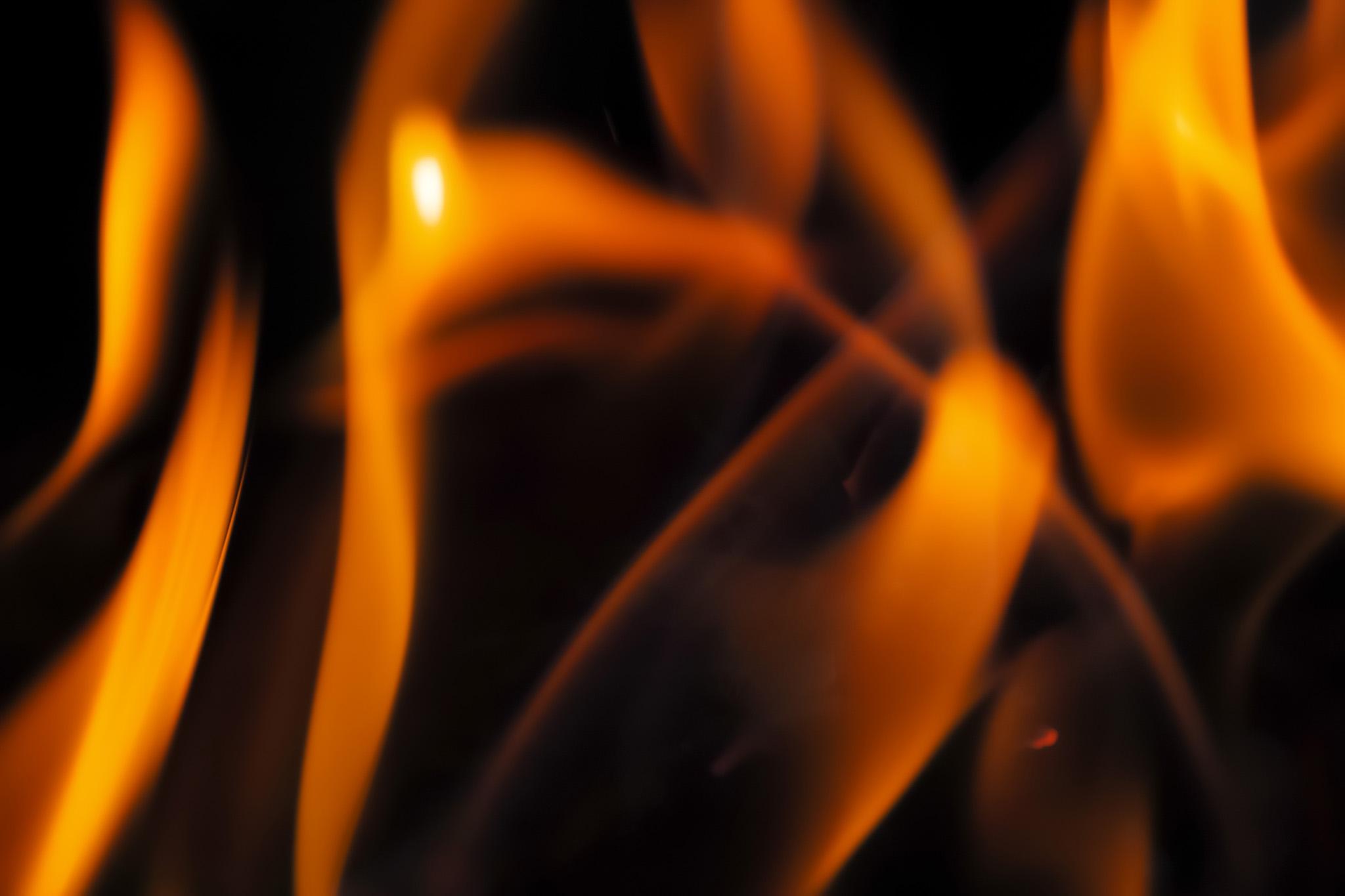 「踊るように交差する火群」
