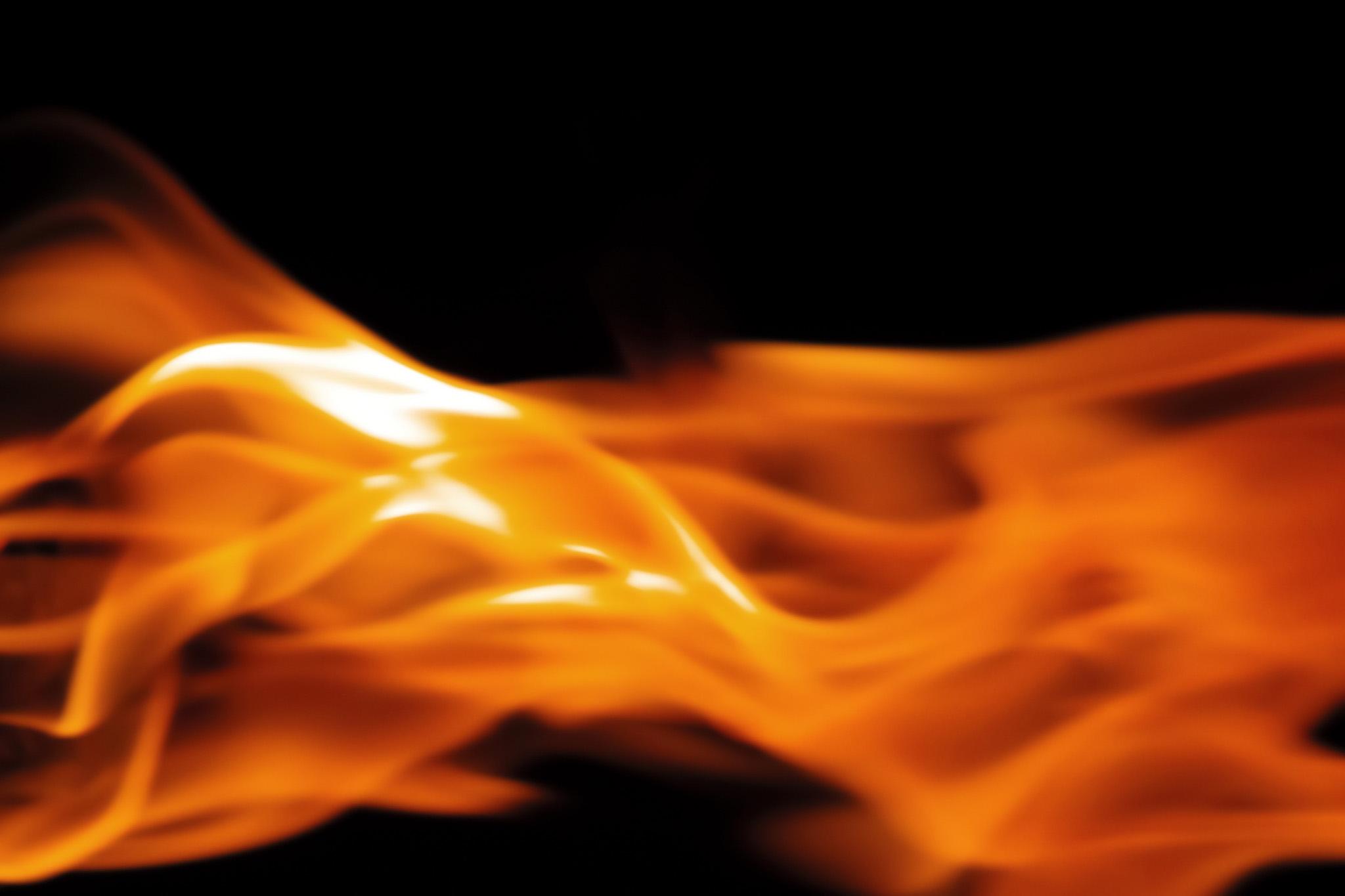 「生物のように横に広がる火」