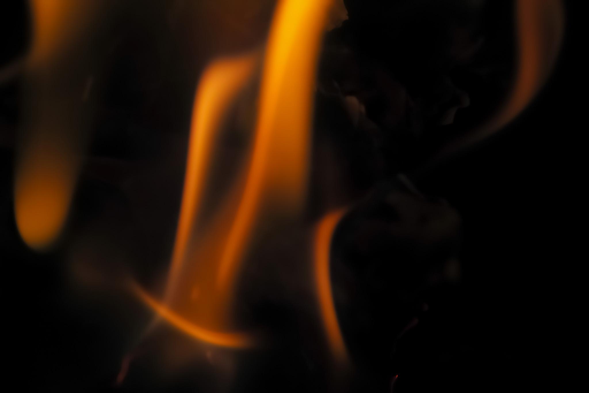 「踊るように燃える炎」の素材を無料ダウンロード