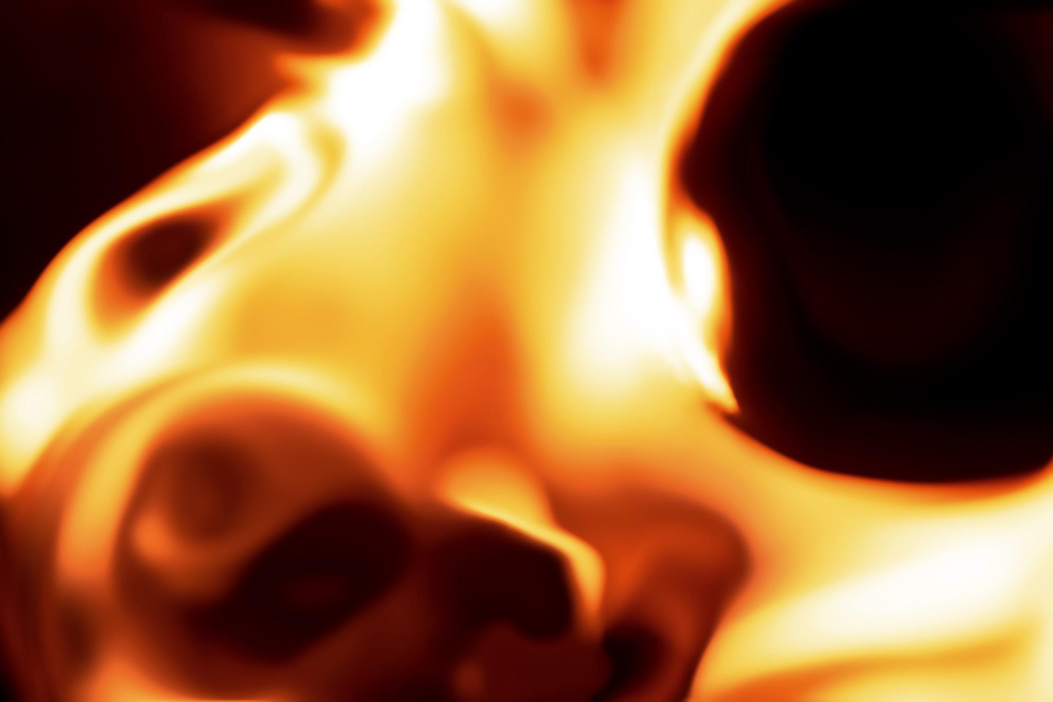「黒い背景と炎」の背景を無料ダウンロード