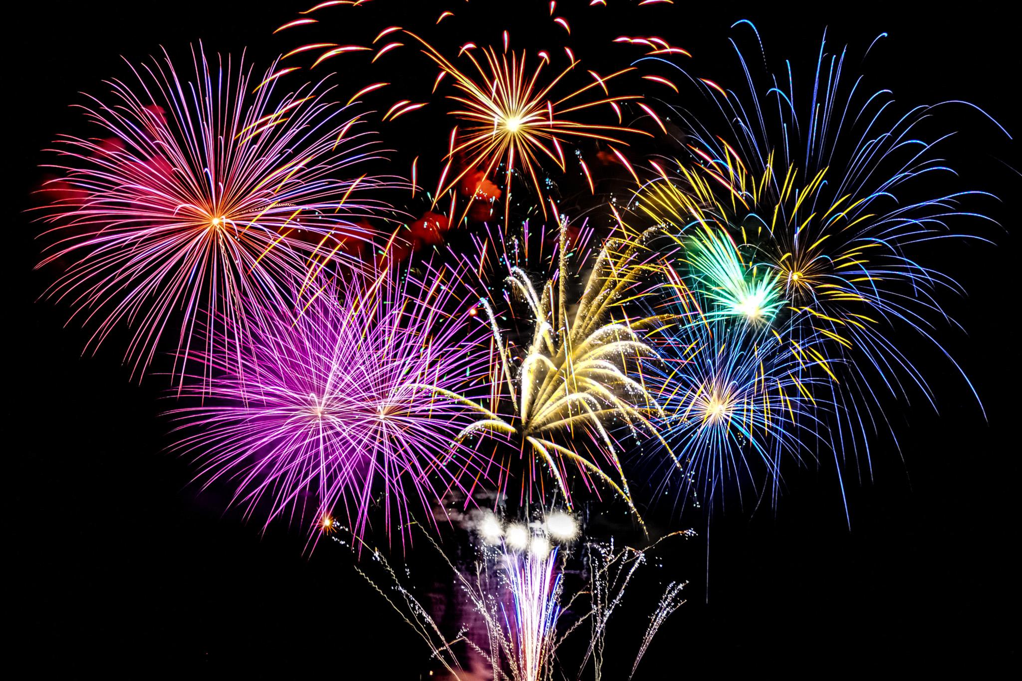 「花火が彩る華麗な夏の夜空」の素材を無料ダウンロード