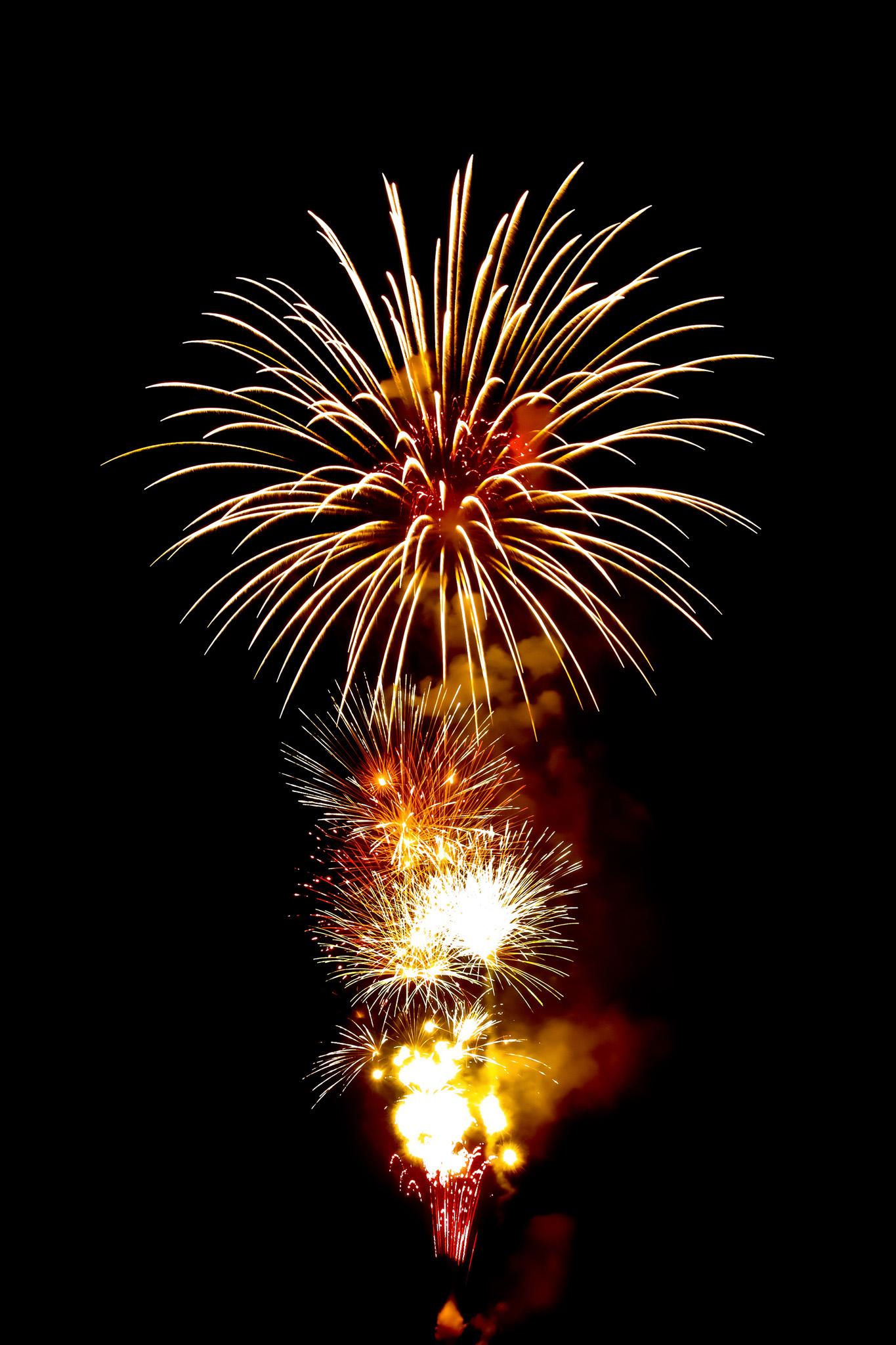 「菊玉と牡丹玉が魅せる花火大会」の画像を無料ダウンロード