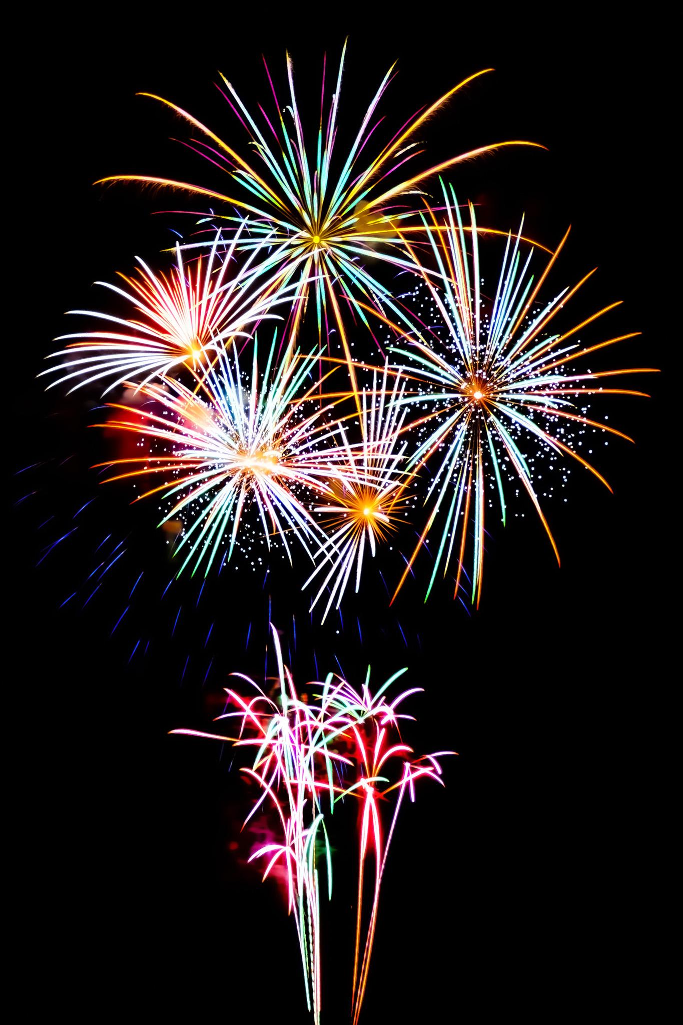 「カラフルな光線が舞う花火大会」の画像を無料ダウンロード