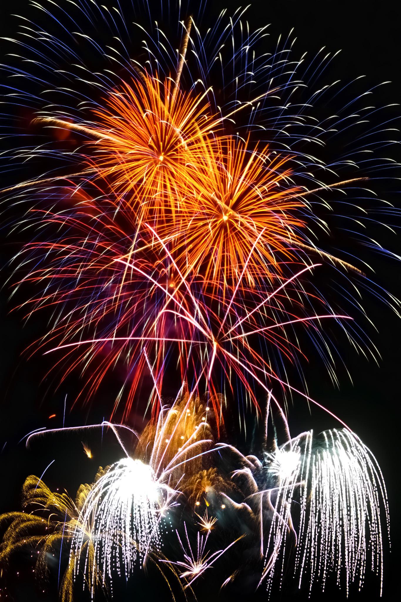「花火が描く夜の背景」の画像を無料ダウンロード