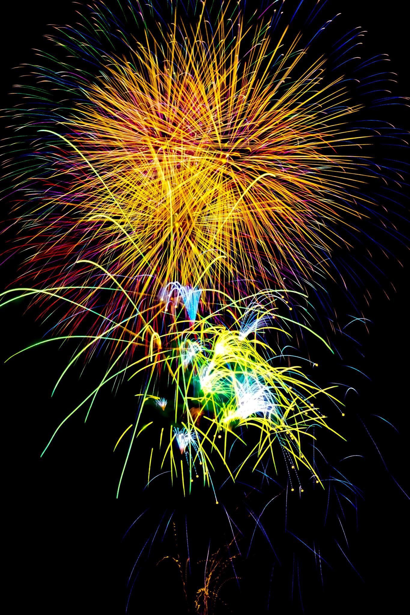 「打ち上げ花火と夏の夜空」の画像を無料ダウンロード