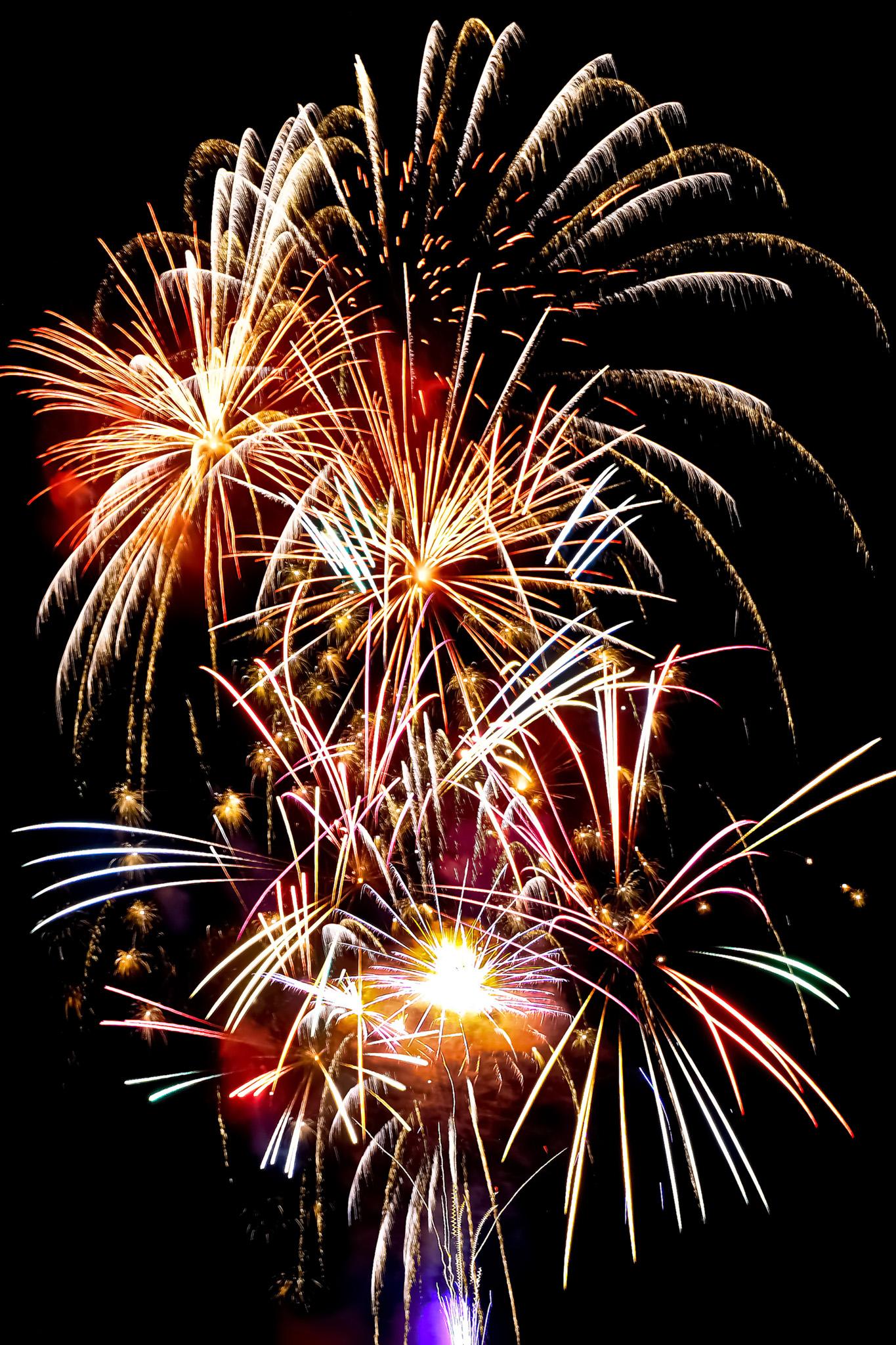 「華やかな光が舞う花火」の画像を無料ダウンロード
