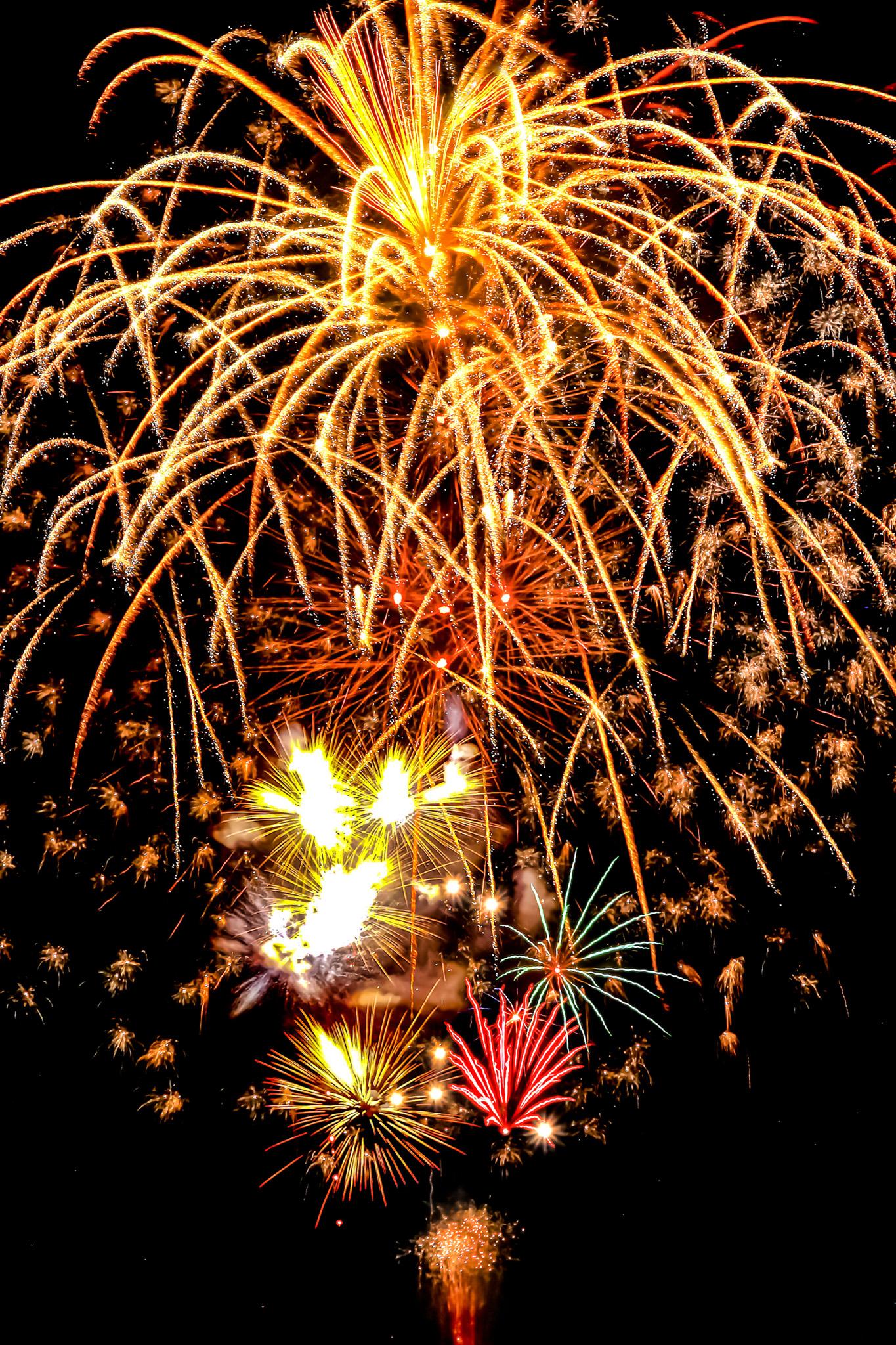 「夏の夜空と綺麗な花火」の画像を無料ダウンロード