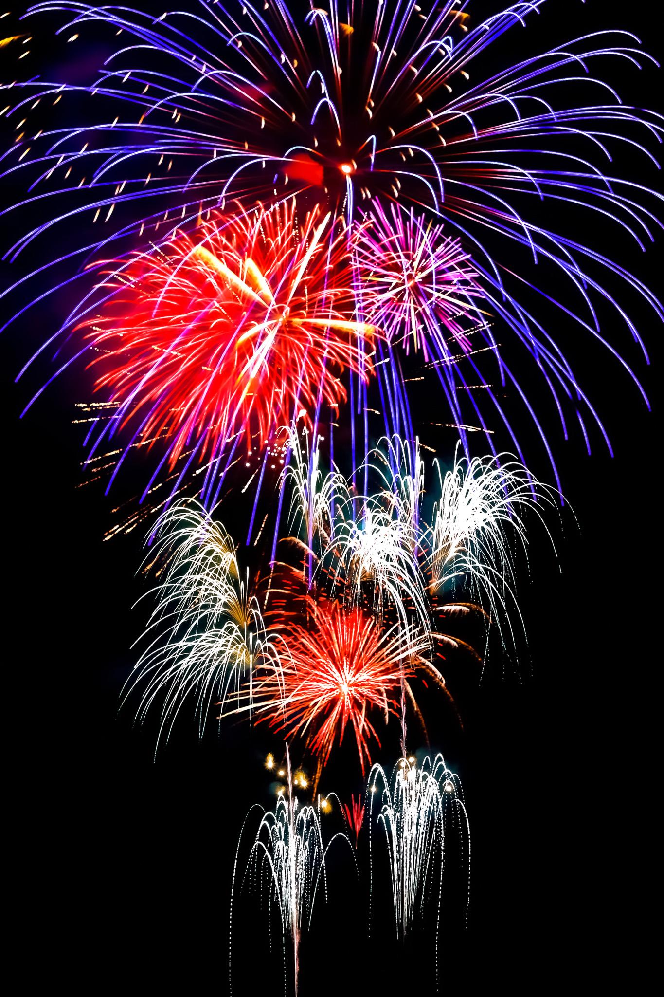 「光が乱舞する花火大会」の画像を無料ダウンロード
