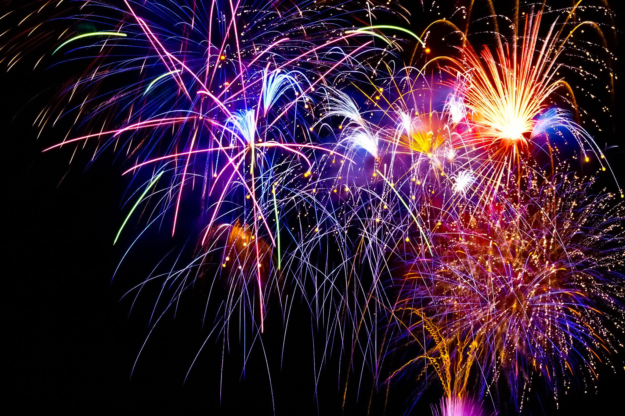 「華麗で煌びやかな花火」の素材を無料ダウンロード