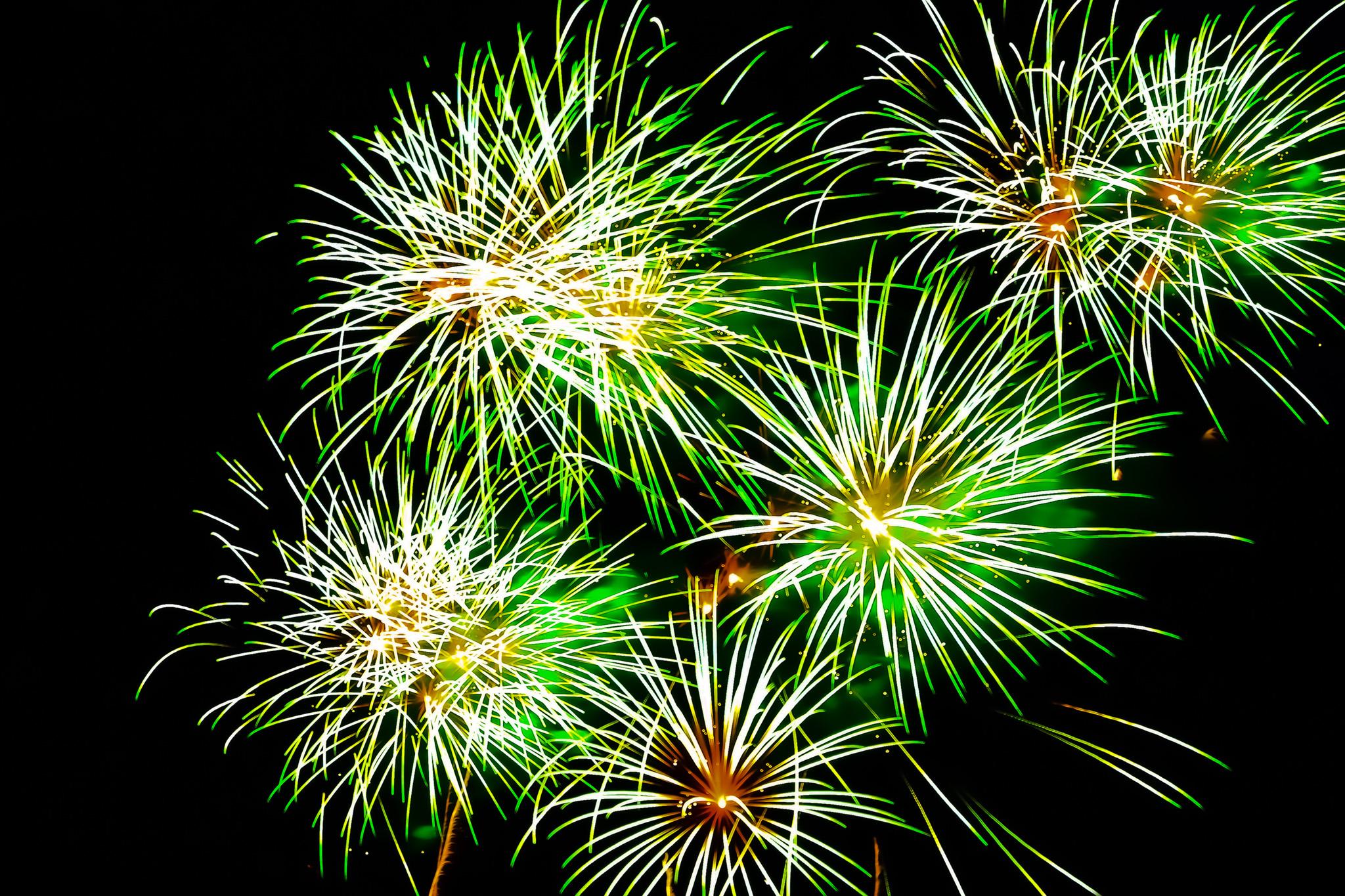 「夜を明るく照らす花火」の素材を無料ダウンロード