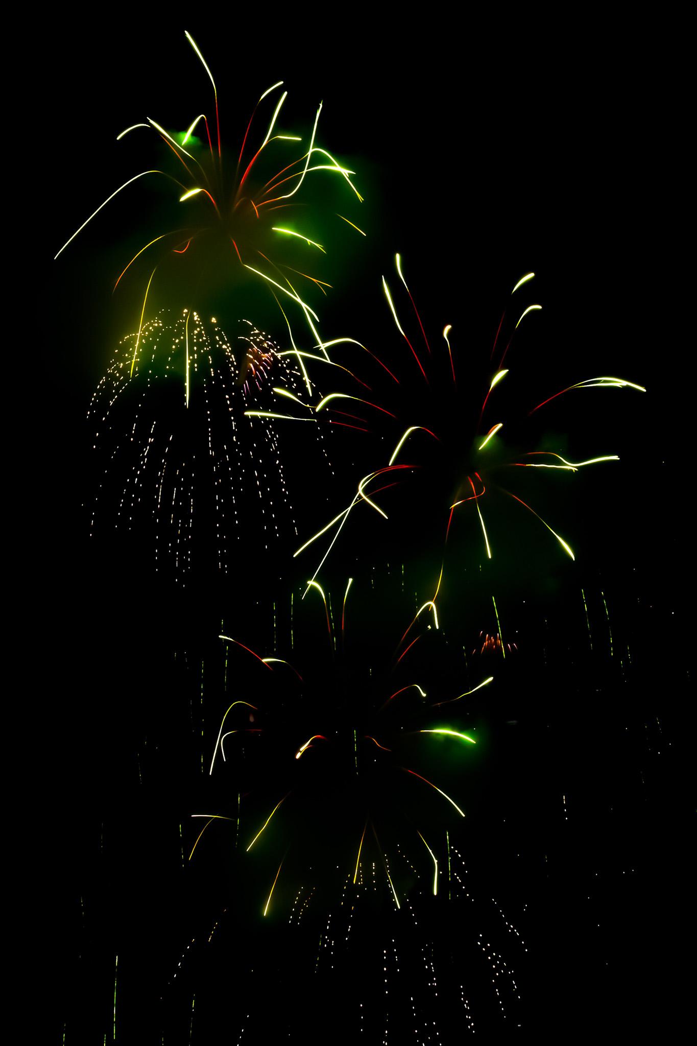 「煌びやかな花火の撮影画像」のテクスチャを無料ダウンロード