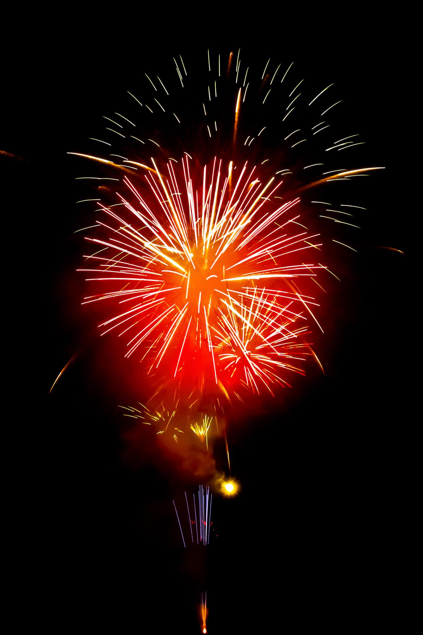 「華やかな花火と夜空」のテクスチャを無料ダウンロード
