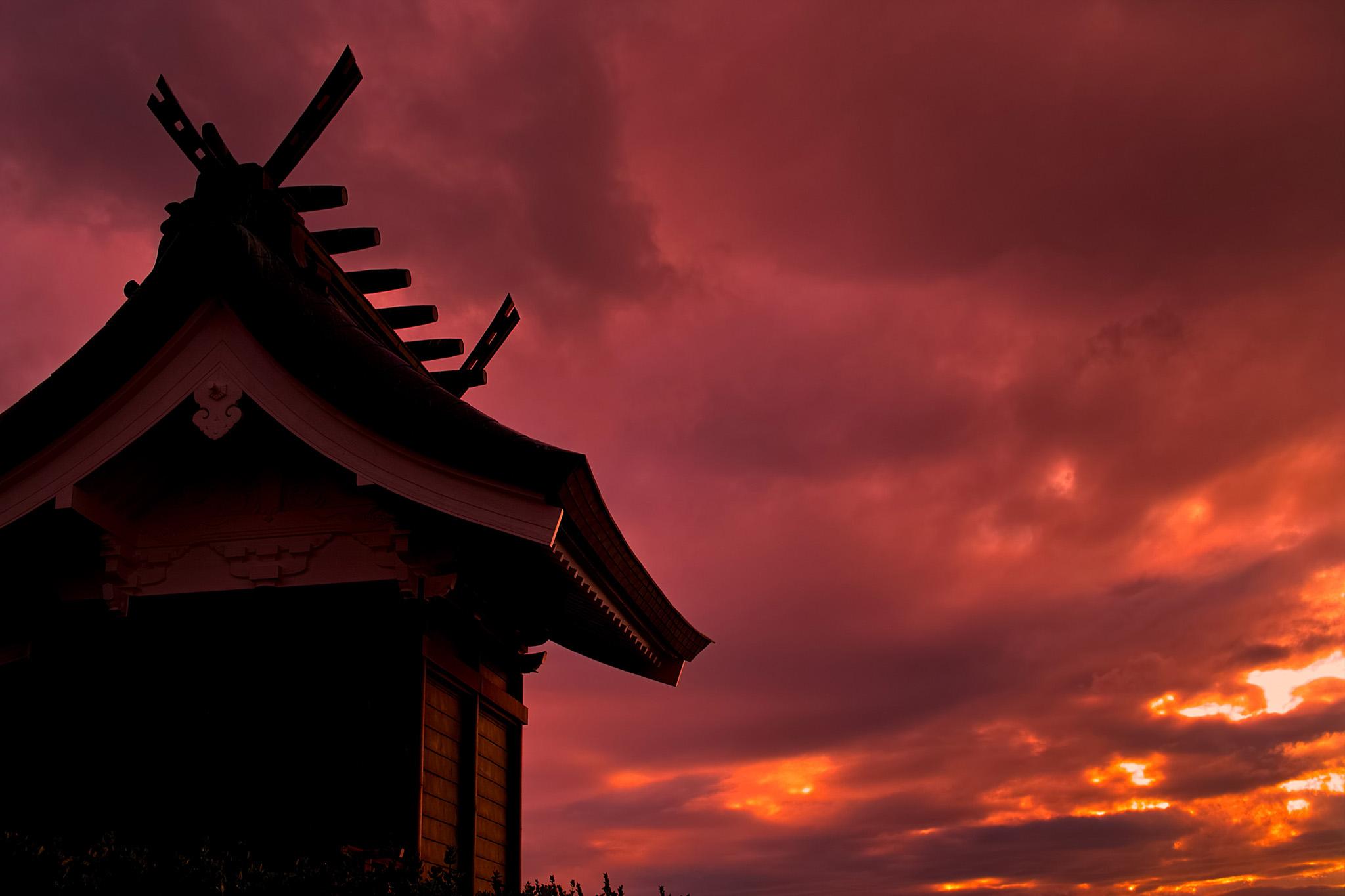 「夕暮れの神々しい日本寺院」のテクスチャを無料ダウンロード