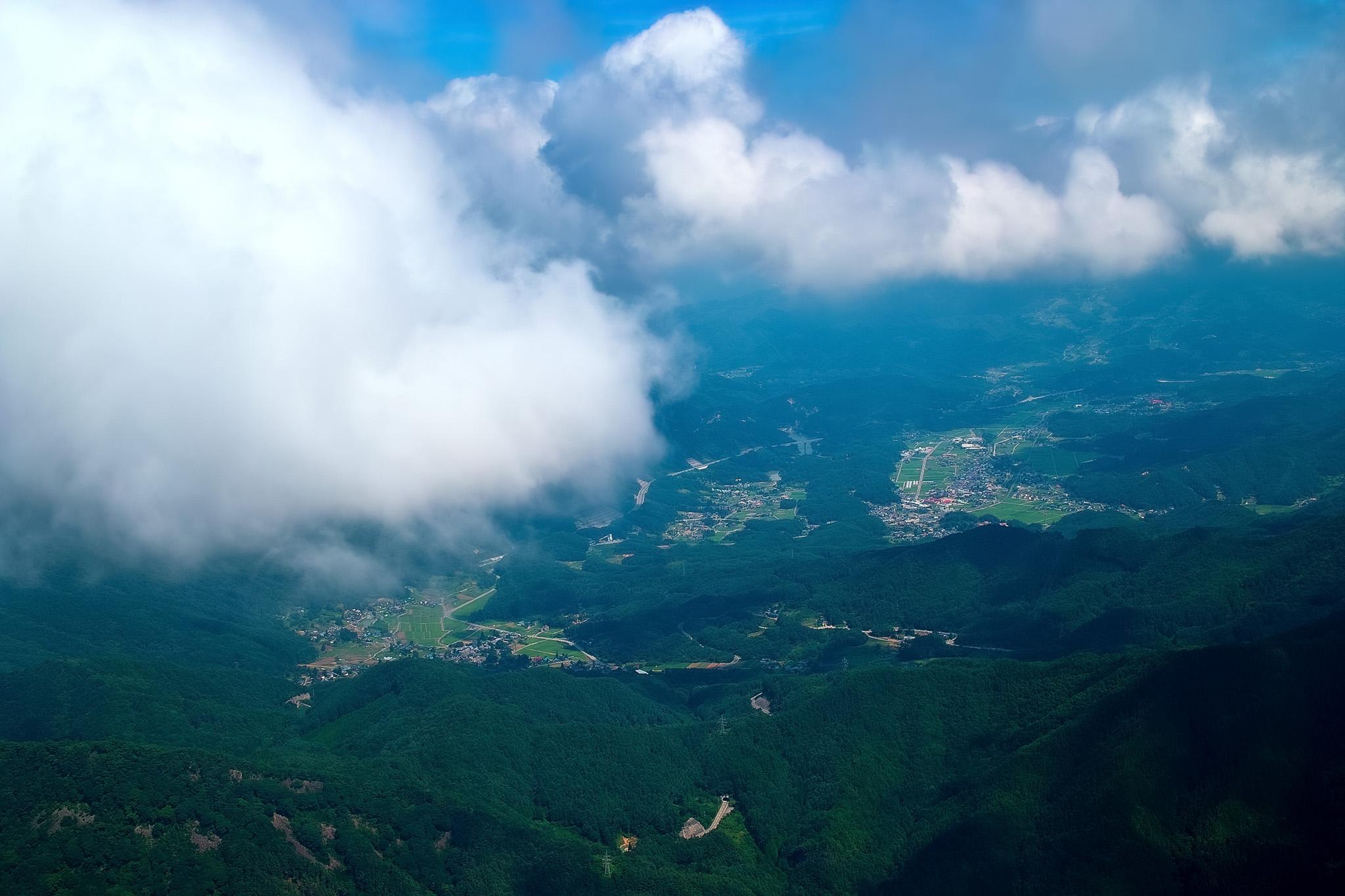 雲の下に見える山間の集落群