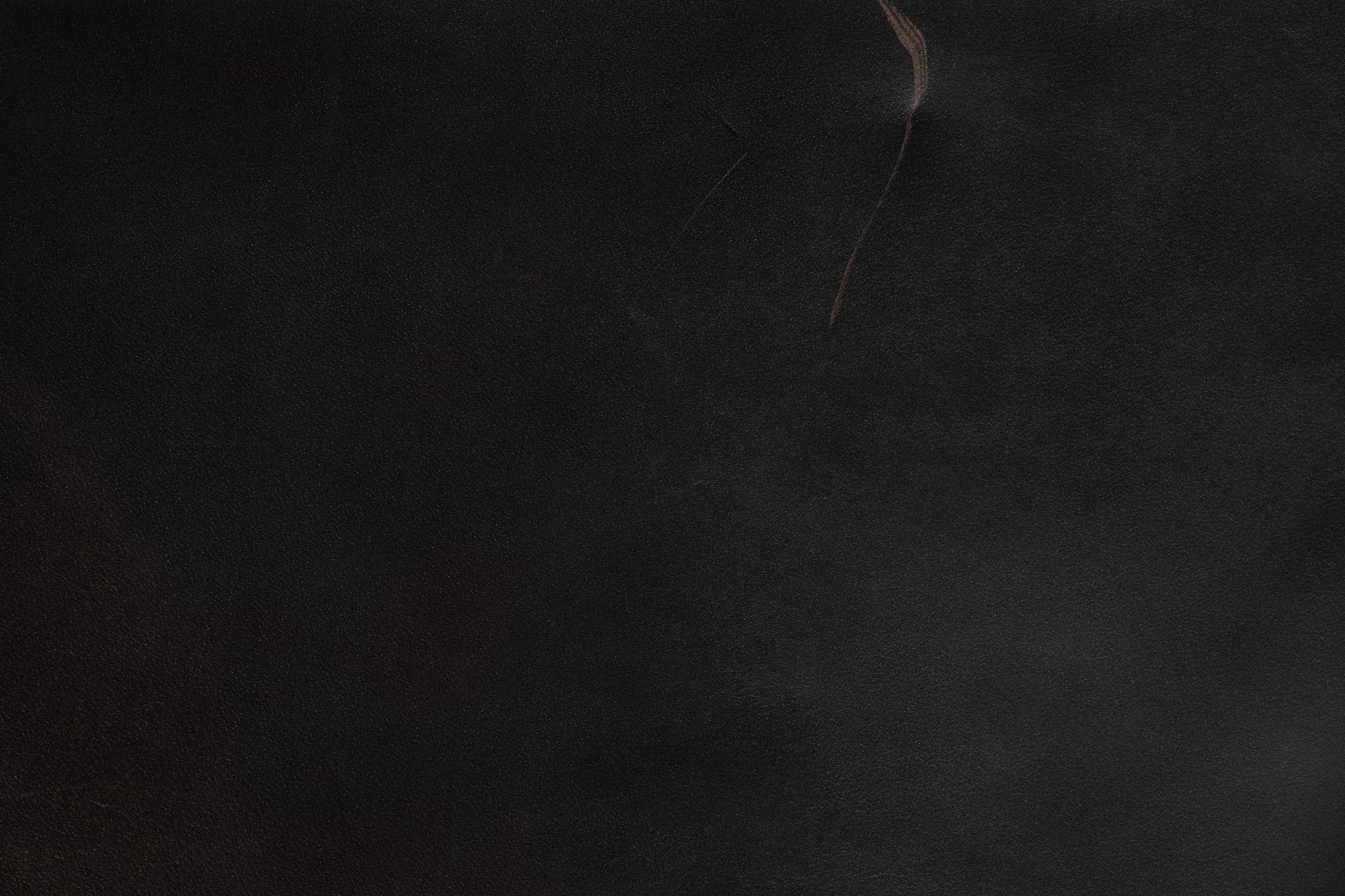 大きな傷の付いたブラックレザー