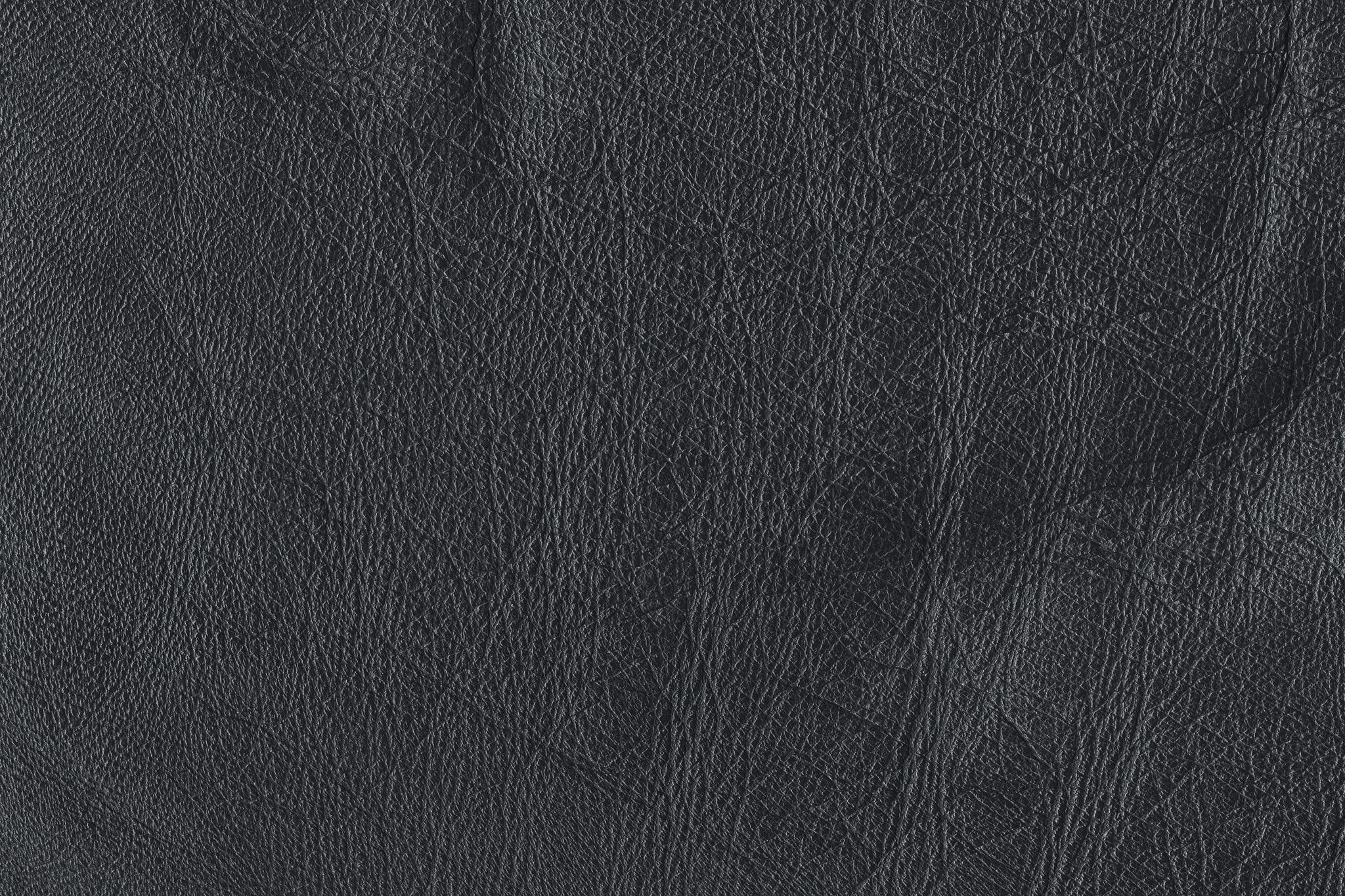 「細い繊維の様なテクスチャの皮革」