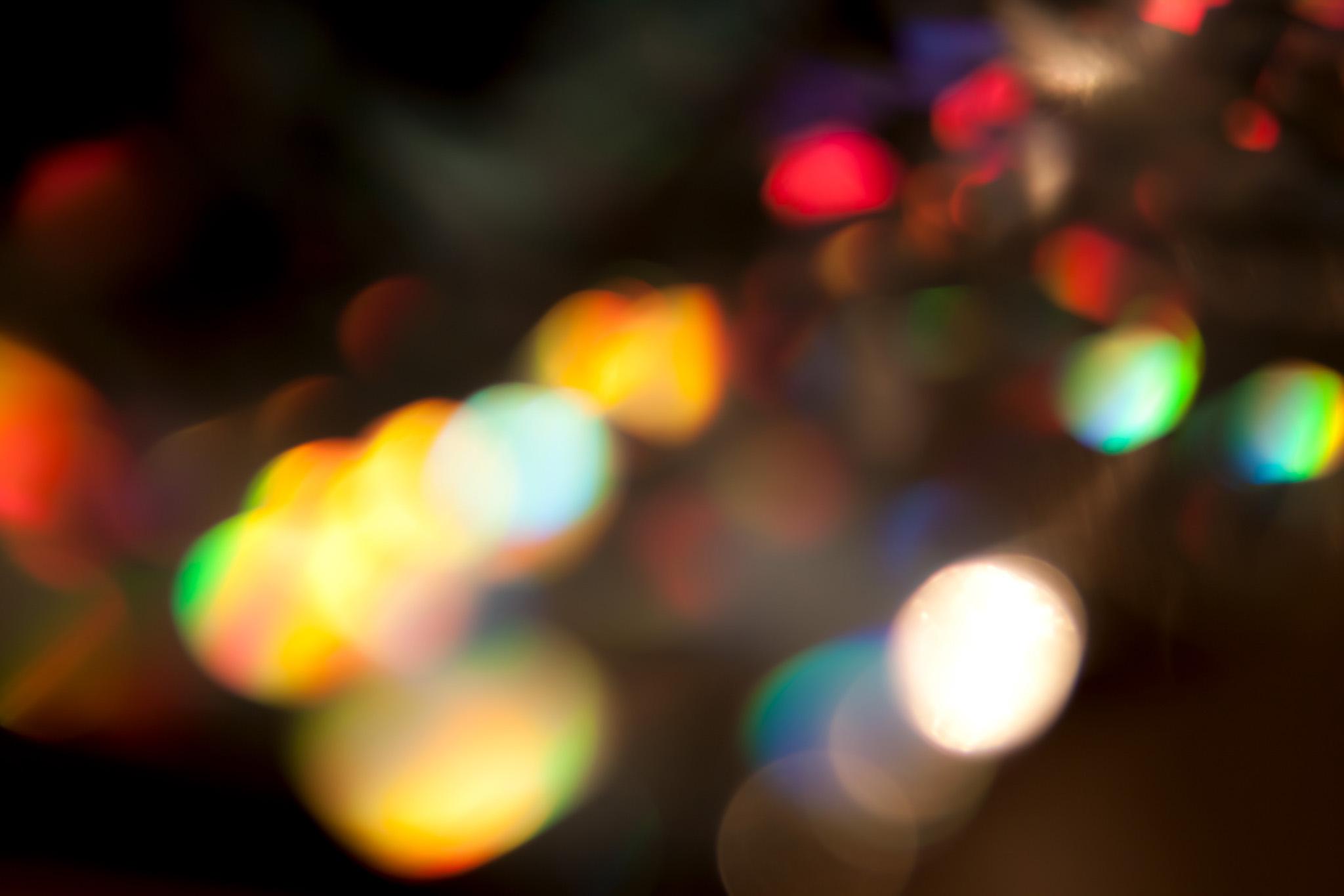 黒の背景とカラフルな光彩