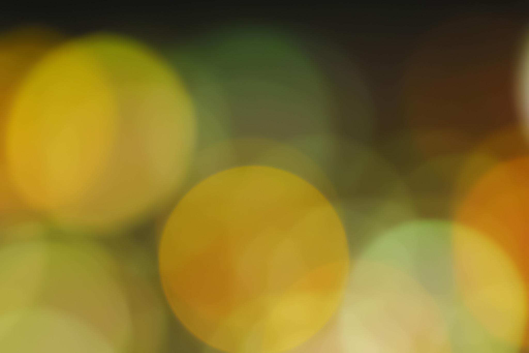 「ほのかに光る黄色のボケ」