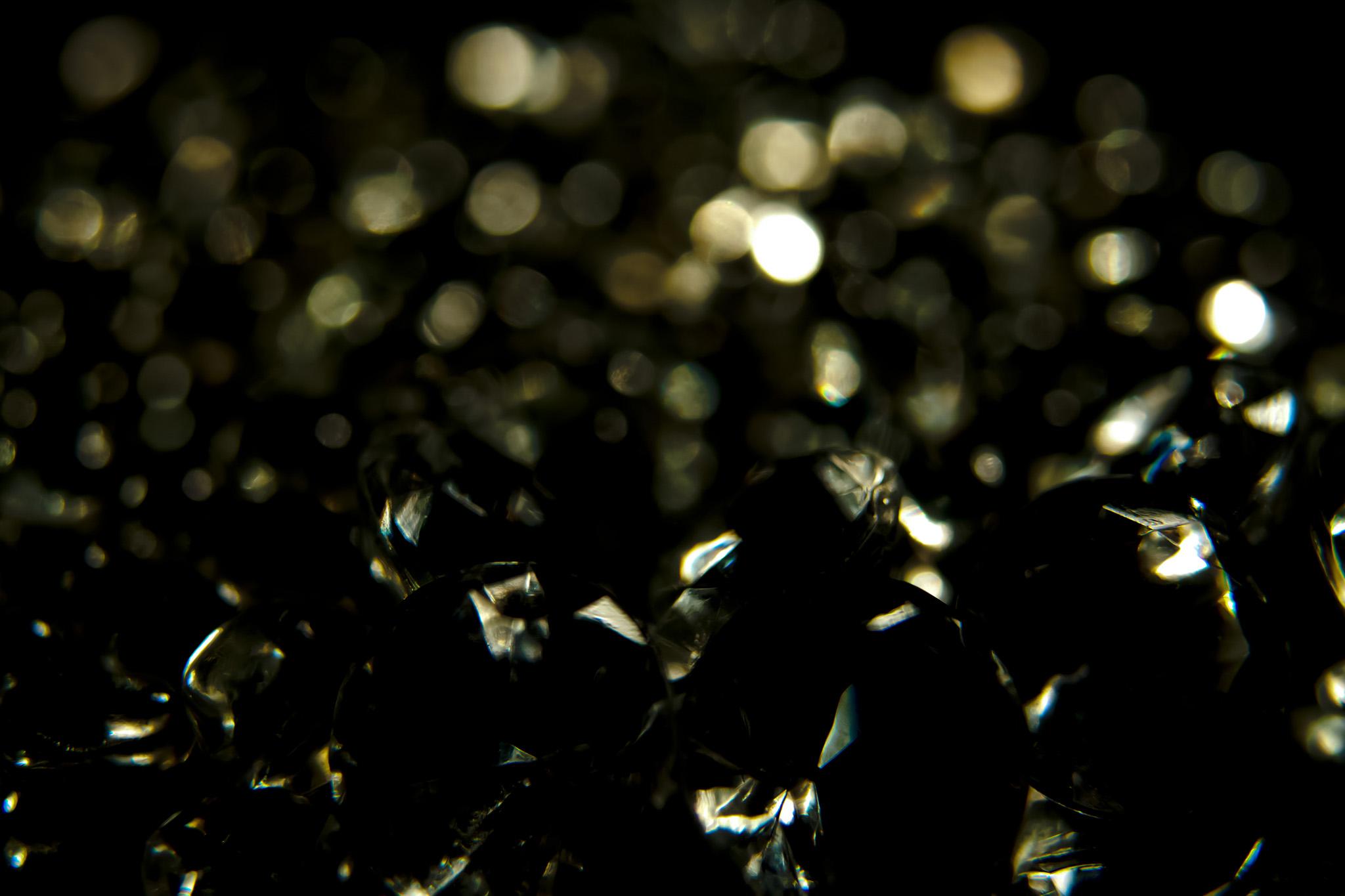 「小さな光と黒背景」