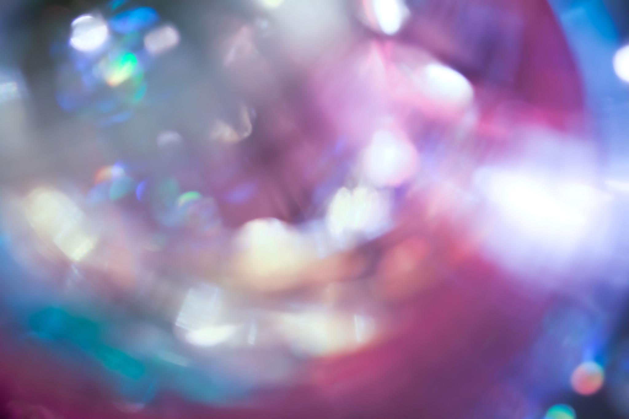 「カラフルな光のボケ」