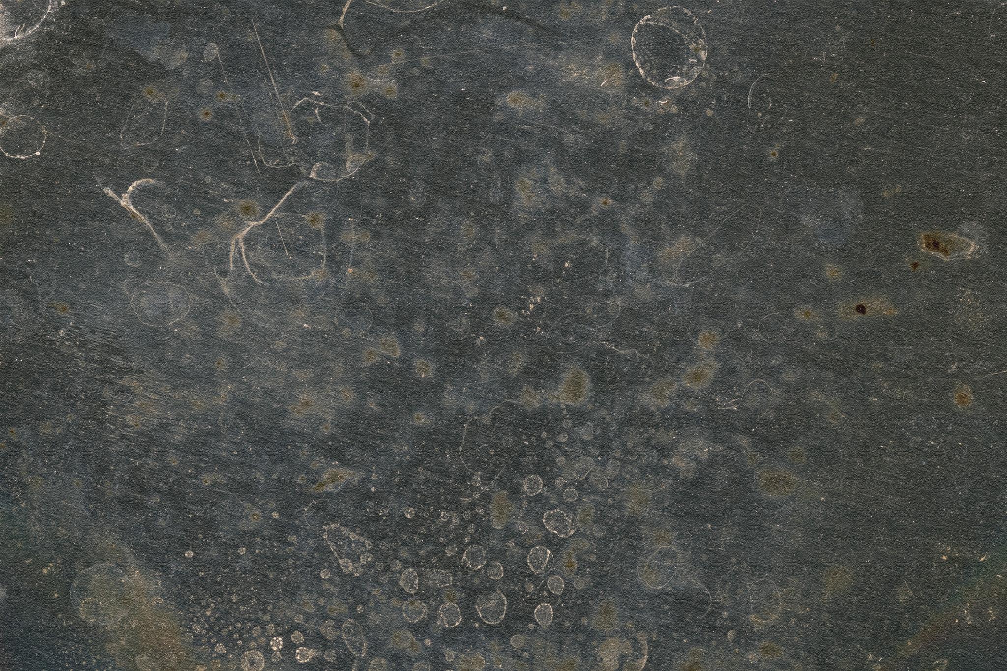 「使い古されたマテリアルが残る鉄板」