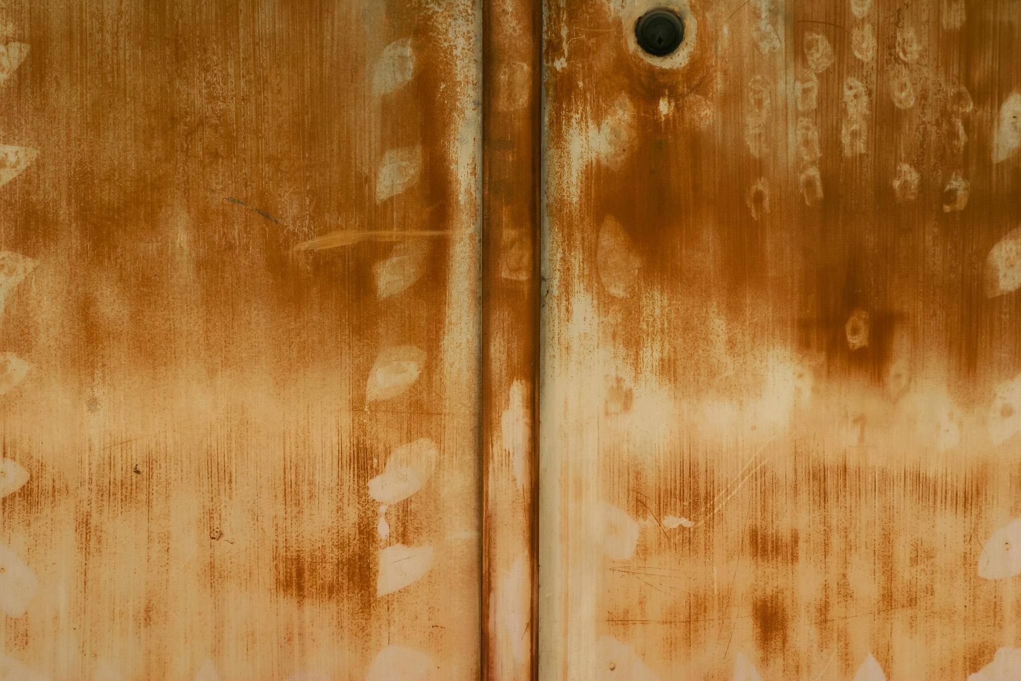 「茶色く腐食した鉄のドア」