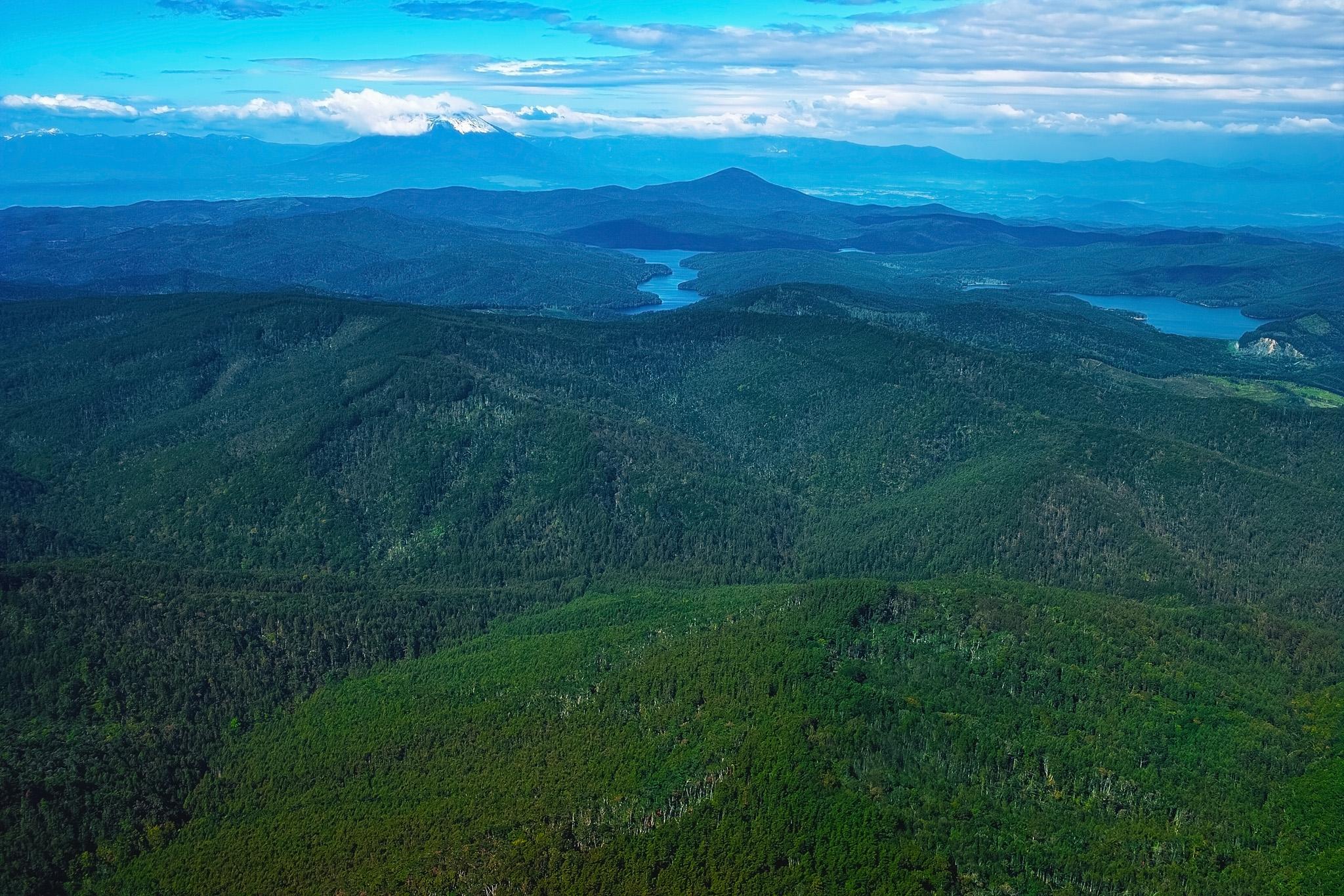 「どこまでも続く山の向こうの幻想的な湖」の画像を無料ダウンロード