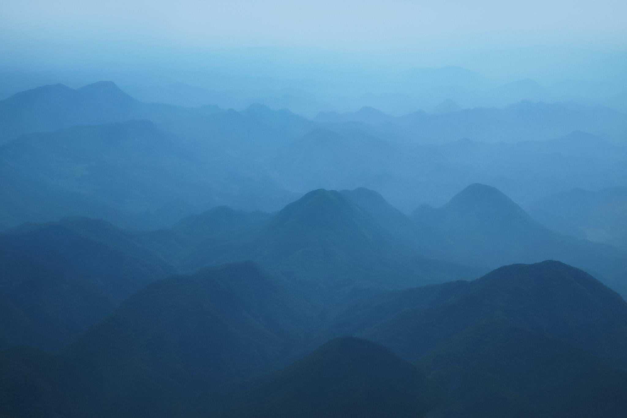 霧で霞んだ水墨がの様な山の風景画像