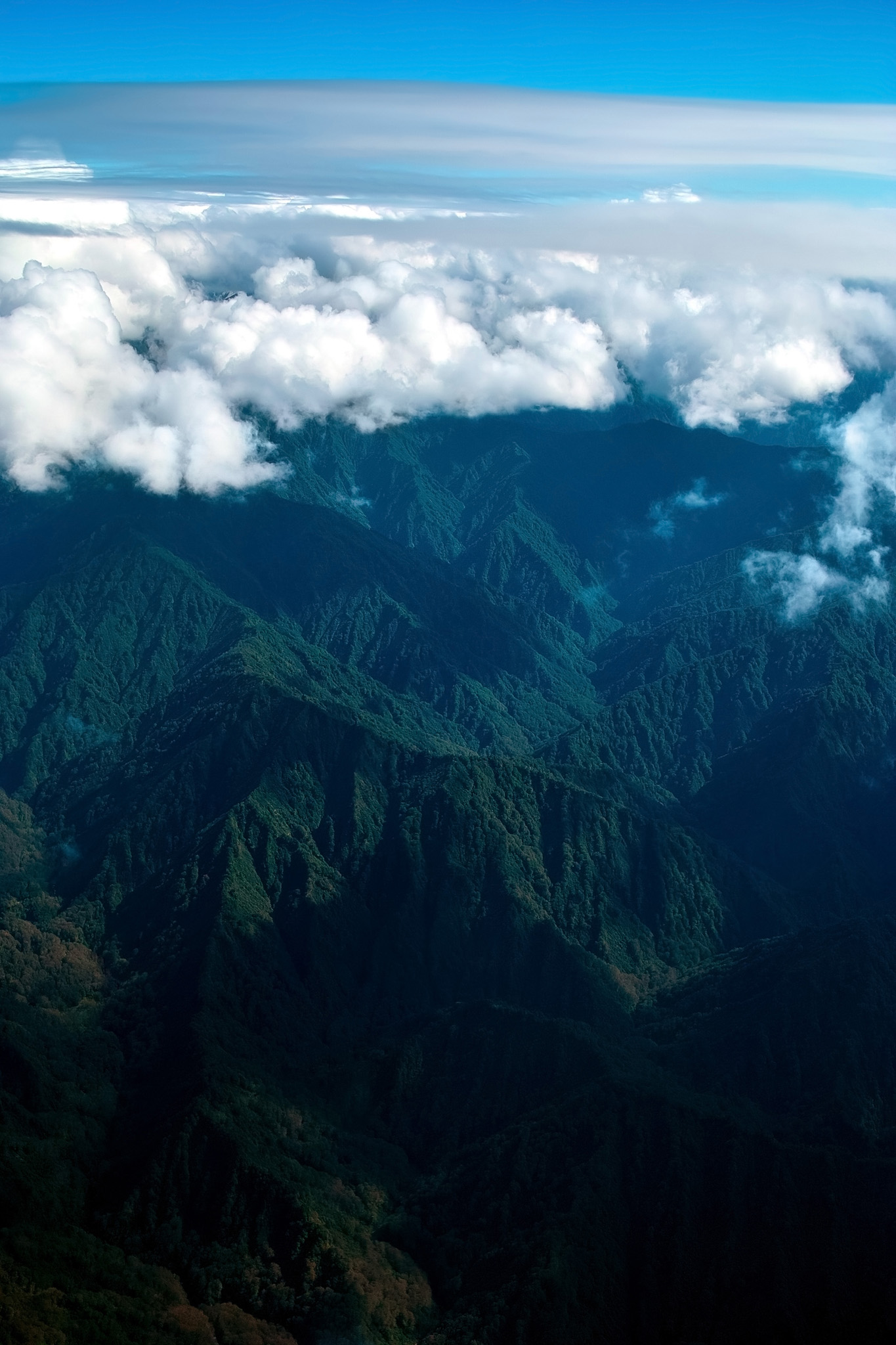 「雲冠る高く連なる神秘的な山々」の素材を無料ダウンロード