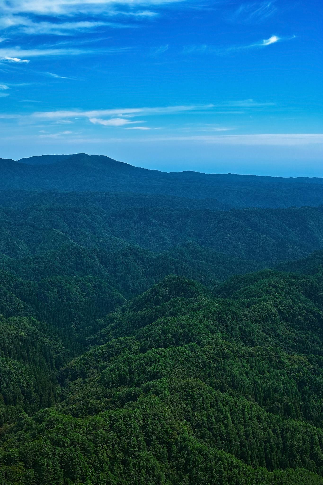 「深い山の向こうに見える青空」の画像を無料ダウンロード