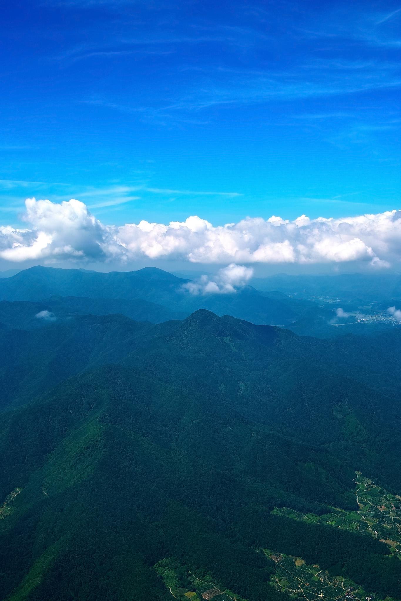 「山麓の人里と雄大な山々」