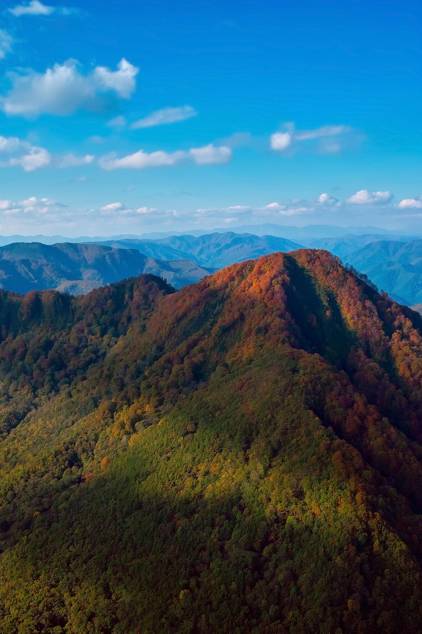 「色彩が美しい秋の連山」