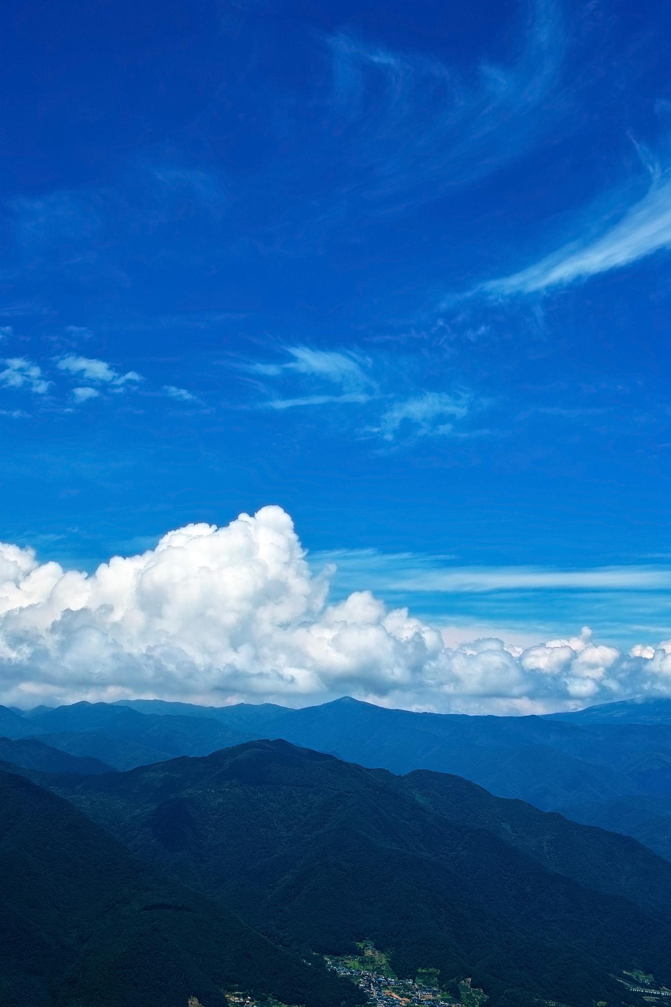 「青空広がる清々しい夏山」