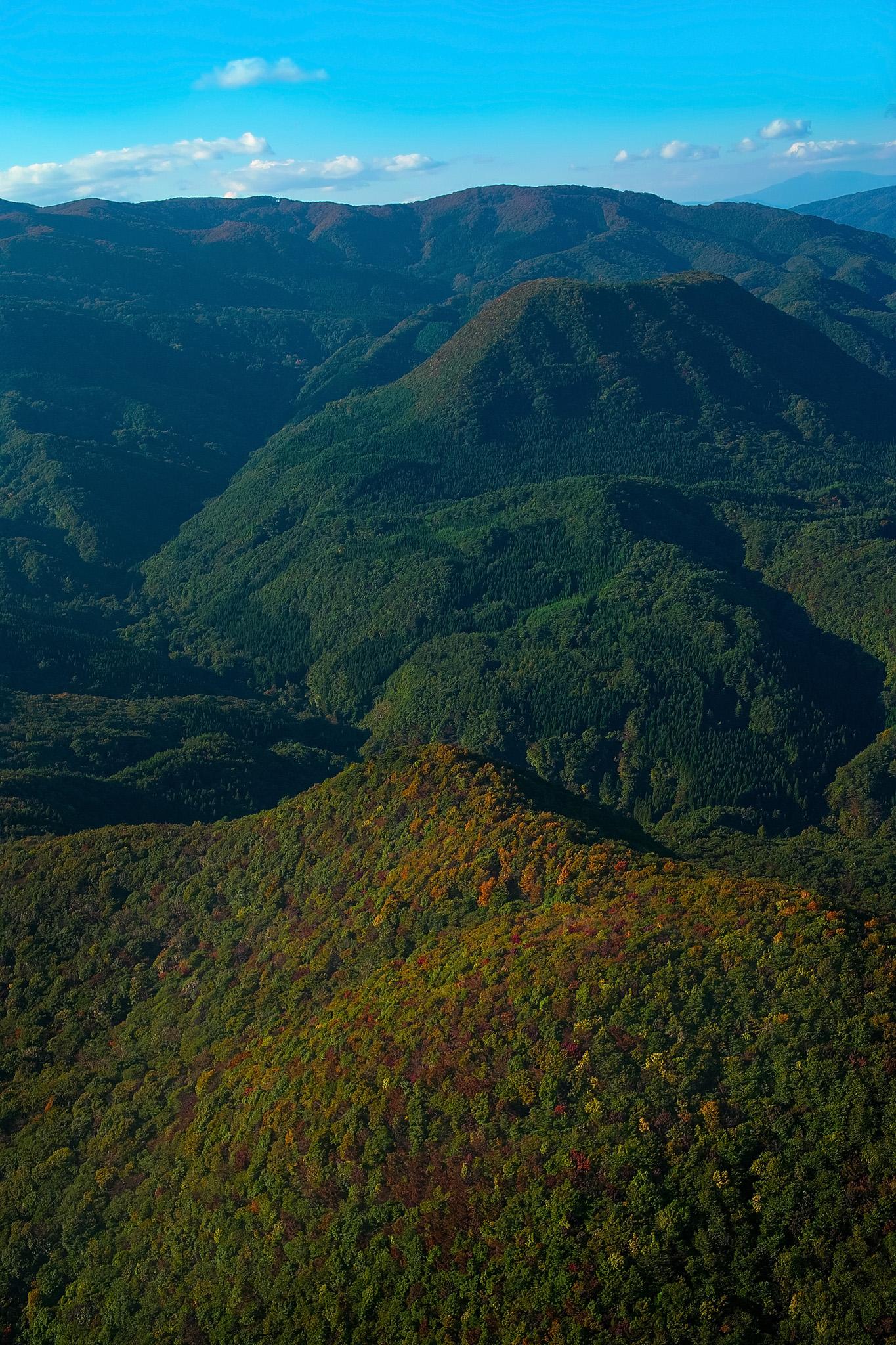 「木々が色づき始める秋の山」の画像を無料ダウンロード