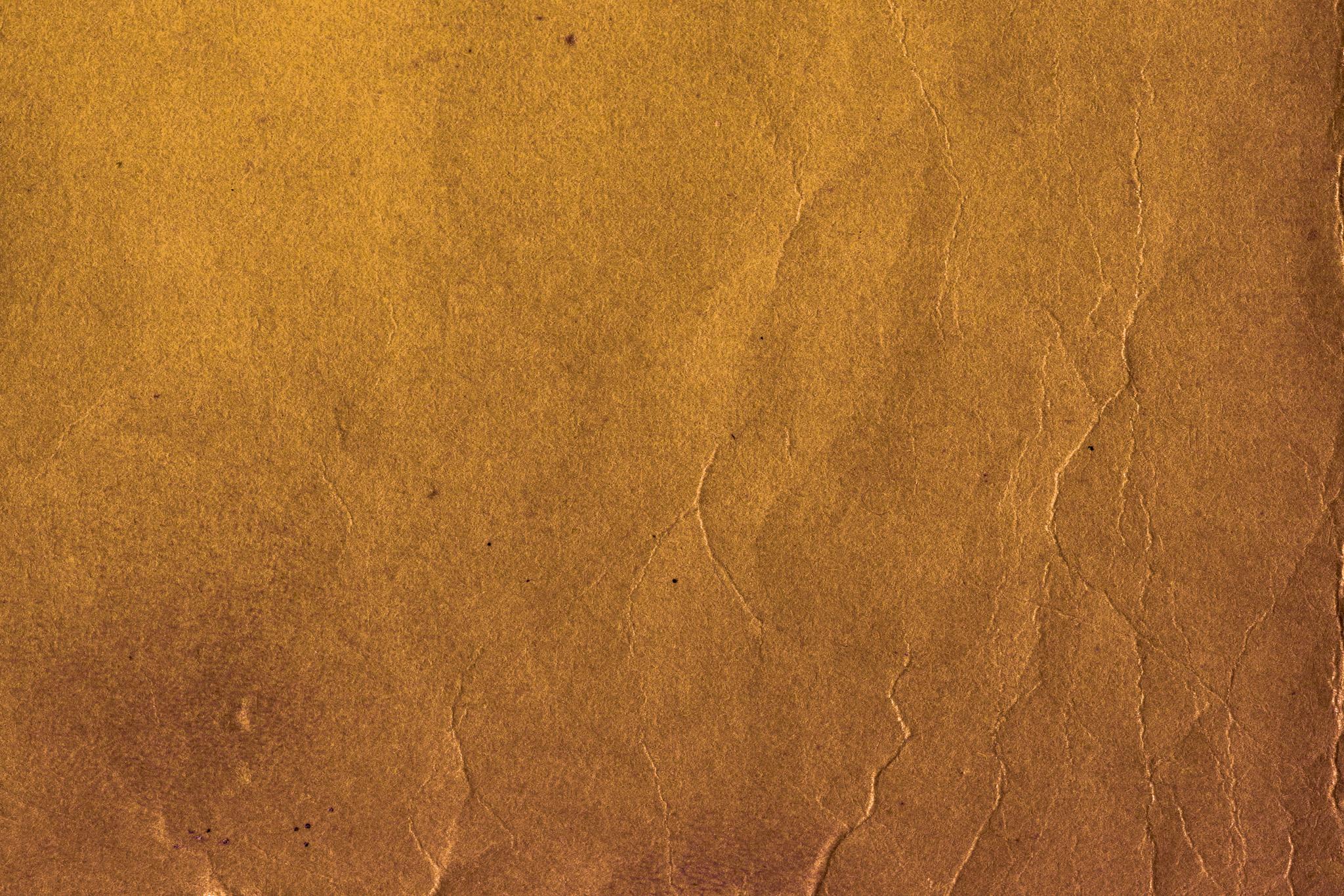 細かいシワのある古い赤茶色の紙