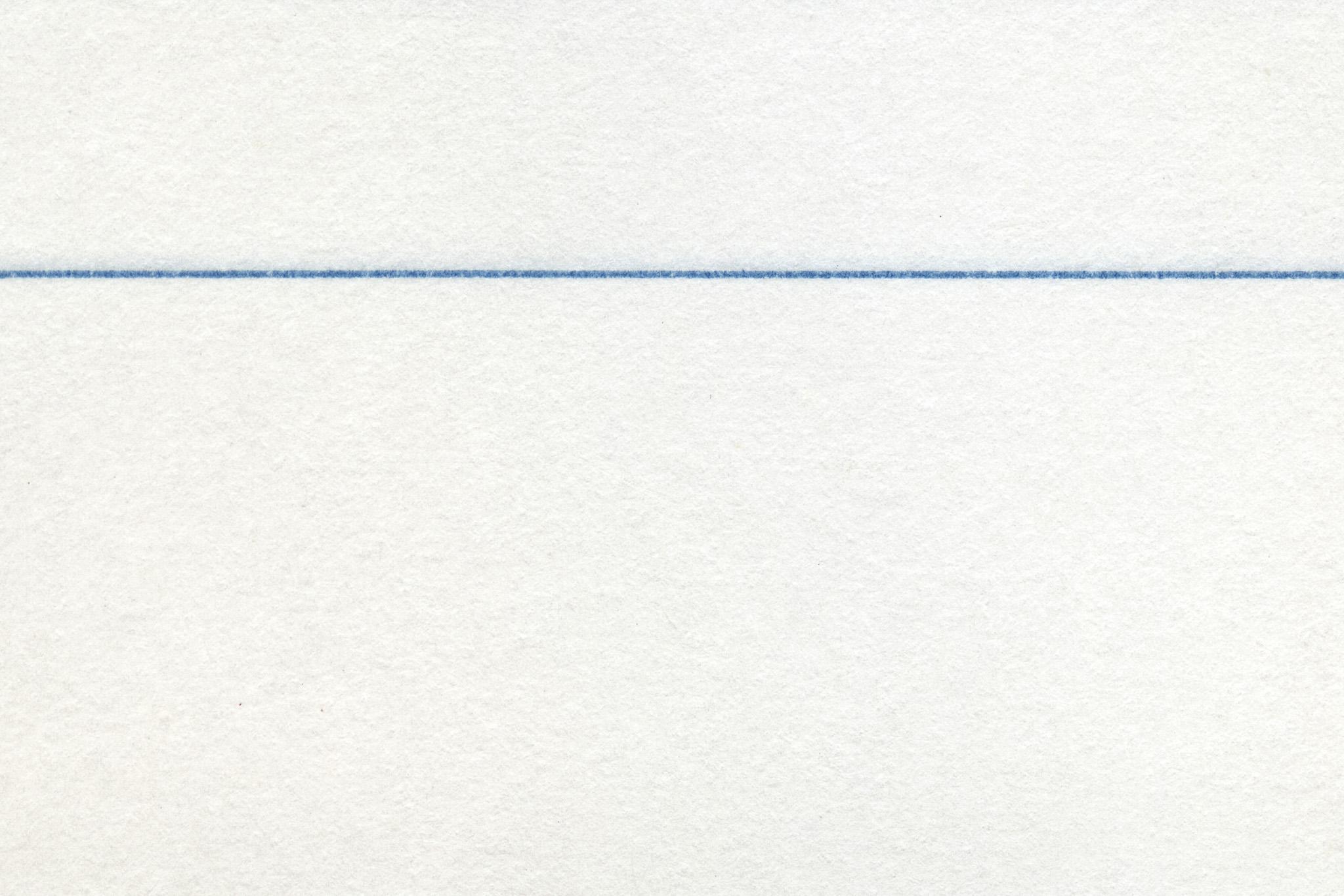 「青い罫線のある紙のノート」
